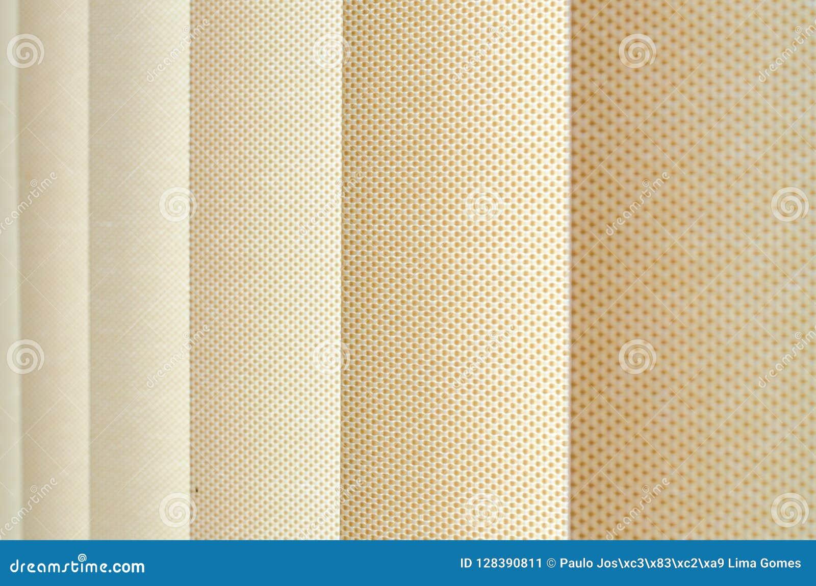 Tenda di finestra in primo piano che mostra la struttura nelle tonalità di beige