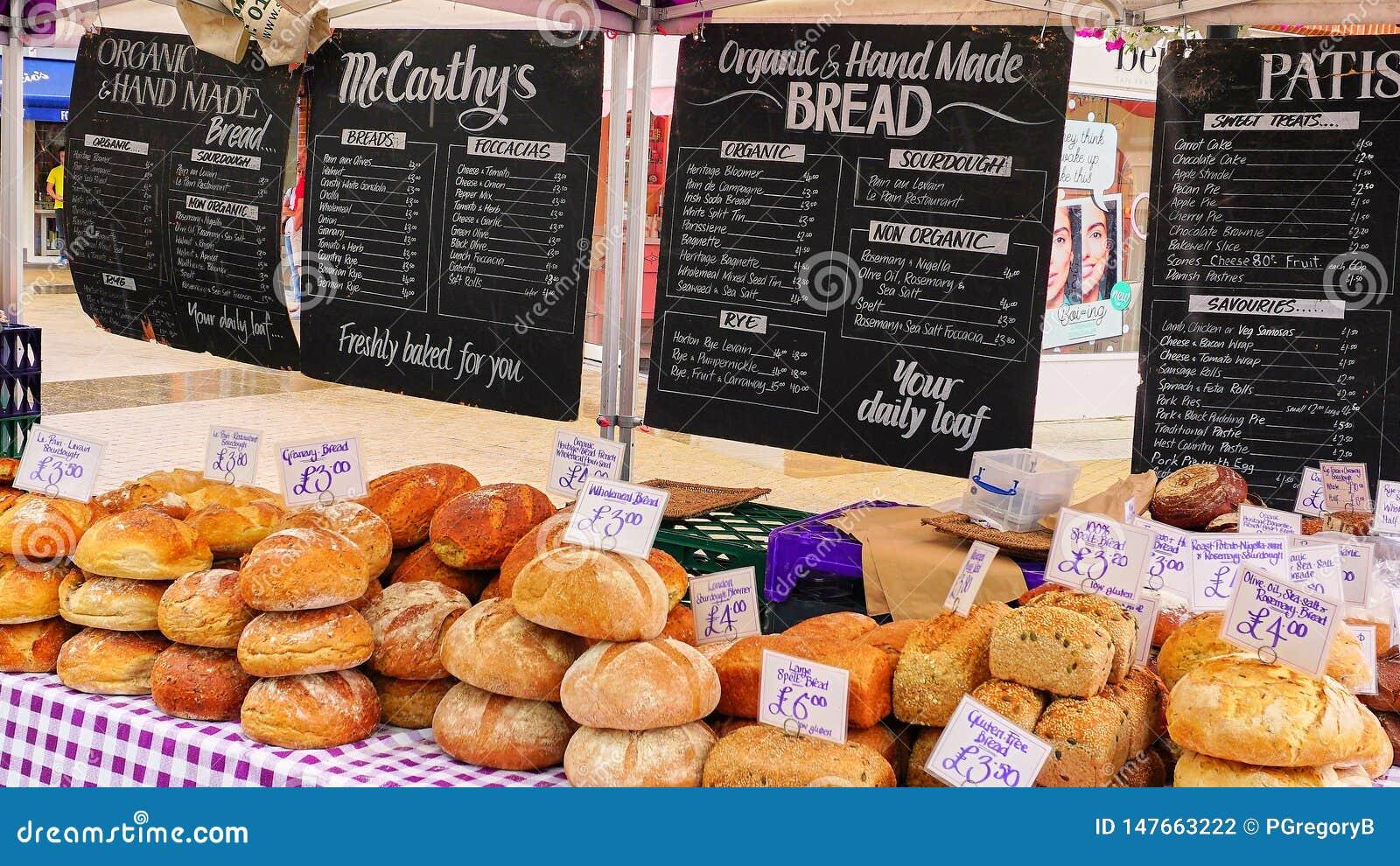 Tenda do mercado que vende o pão orgânico feito a mão