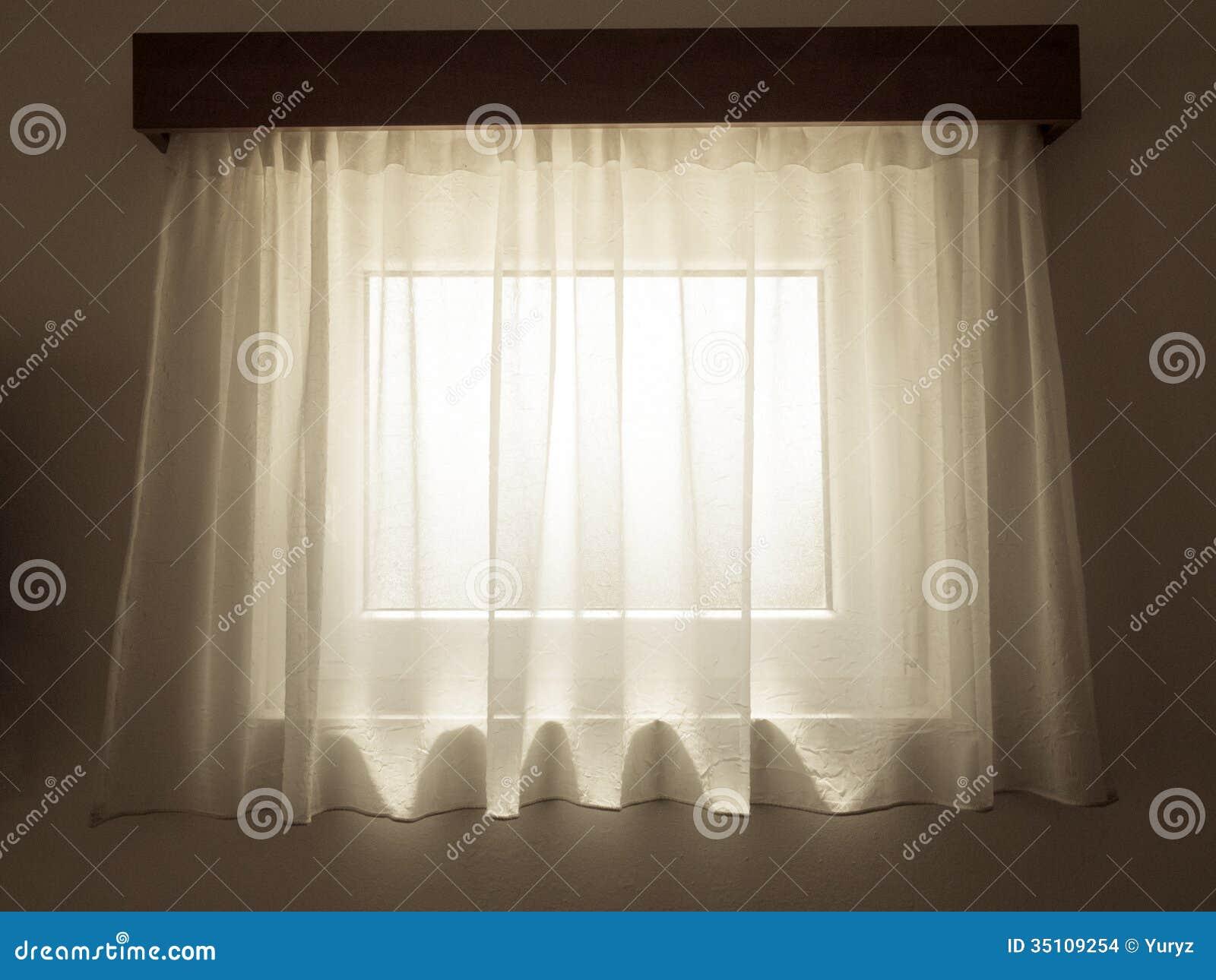 Tenda trasparente con la piccola finestra dietro preso dallinterno ...