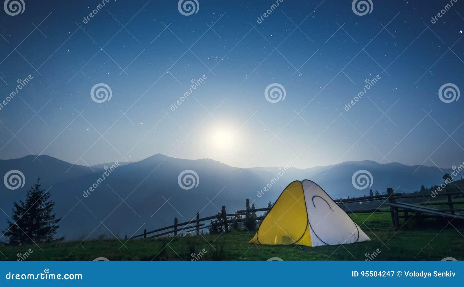 Tenda nelle montagne alla notte
