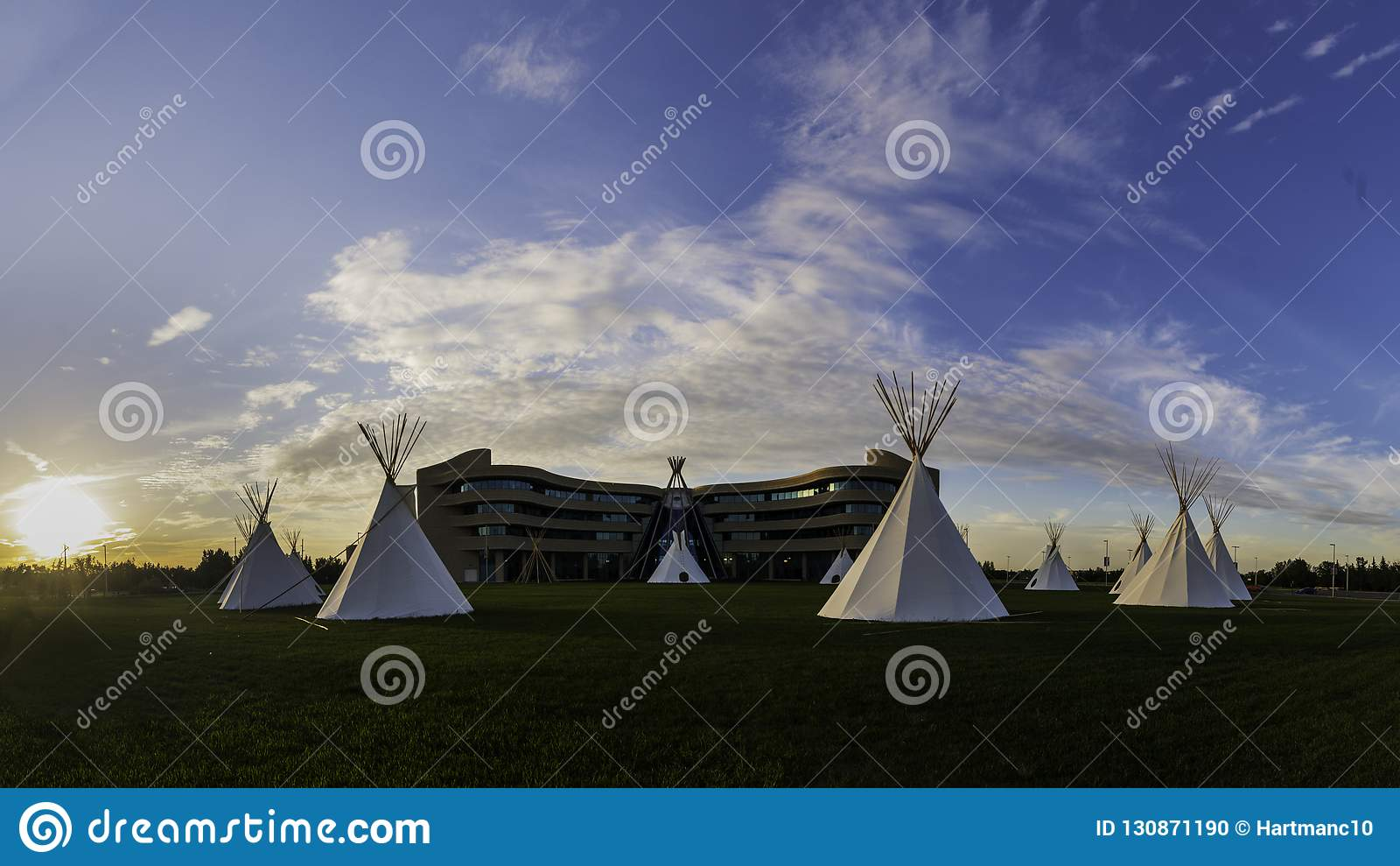 Tendas do nativo americano nas pradarias no por do sol