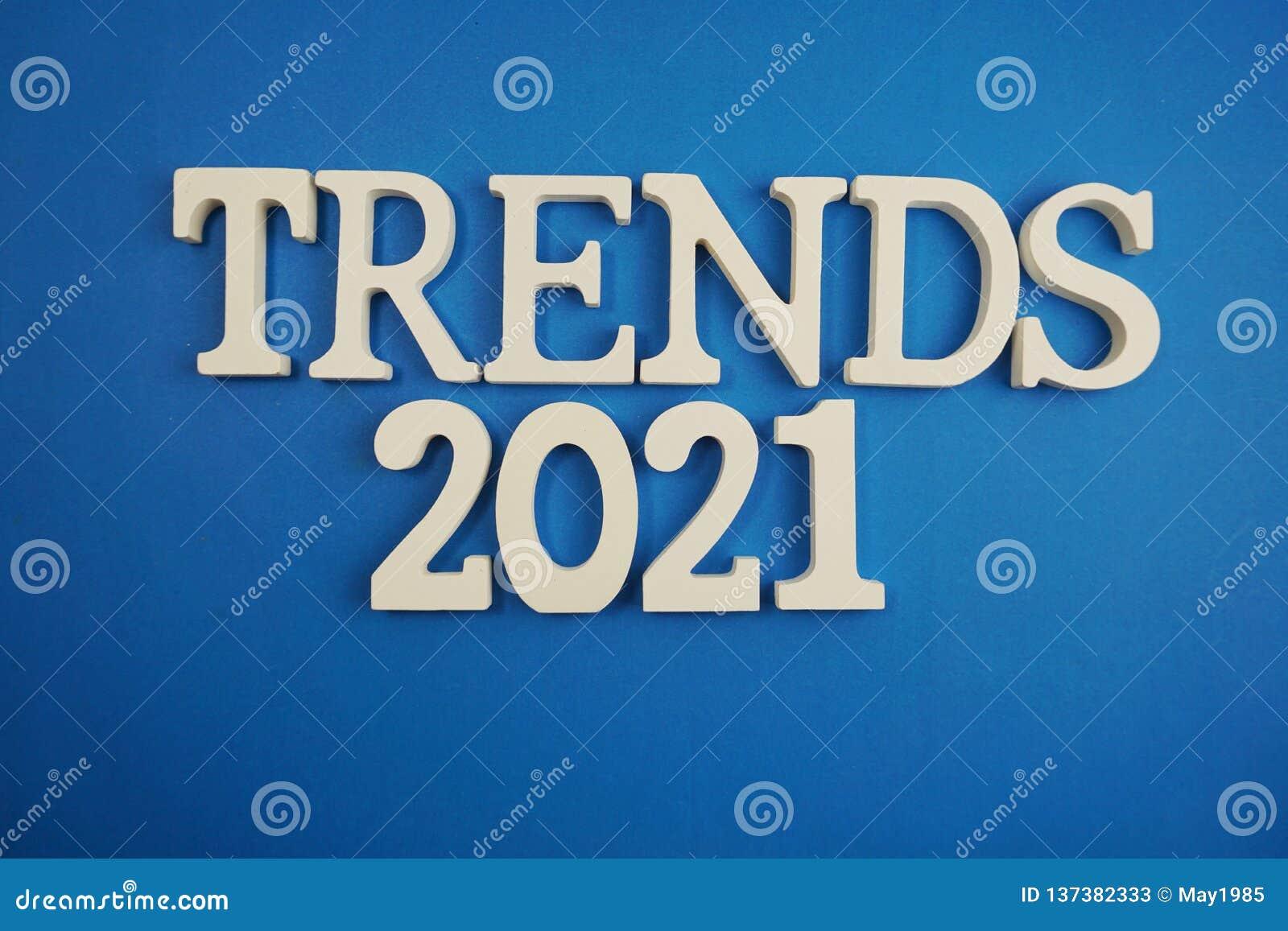Tendensen 2021 brieven van het woordalfabet op blauwe achtergrond