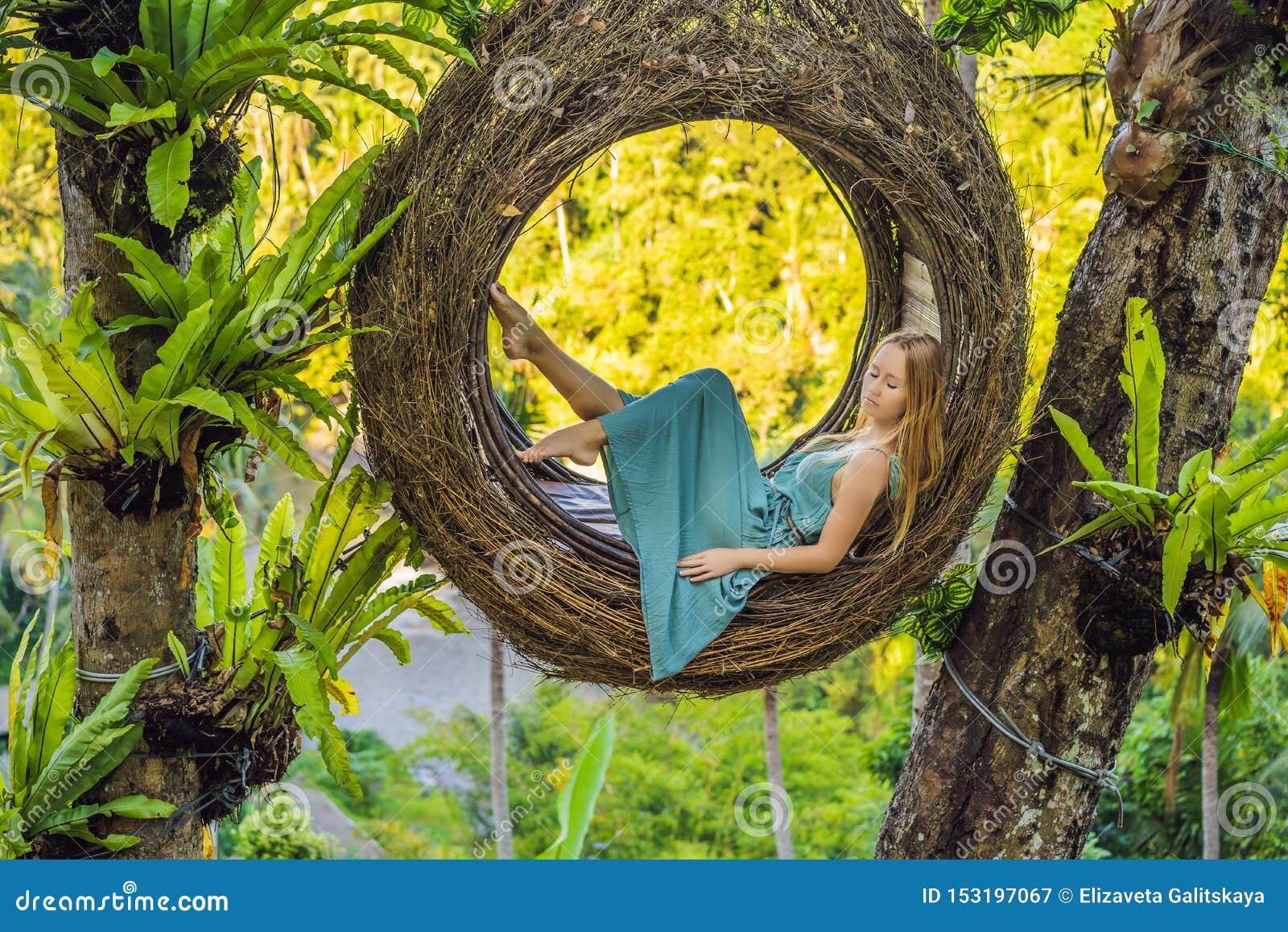 Tendenza di Bali, nidi della paglia dappertutto Giovane turista che gode del suo viaggio intorno all isola di Bali, Indonesia Fac