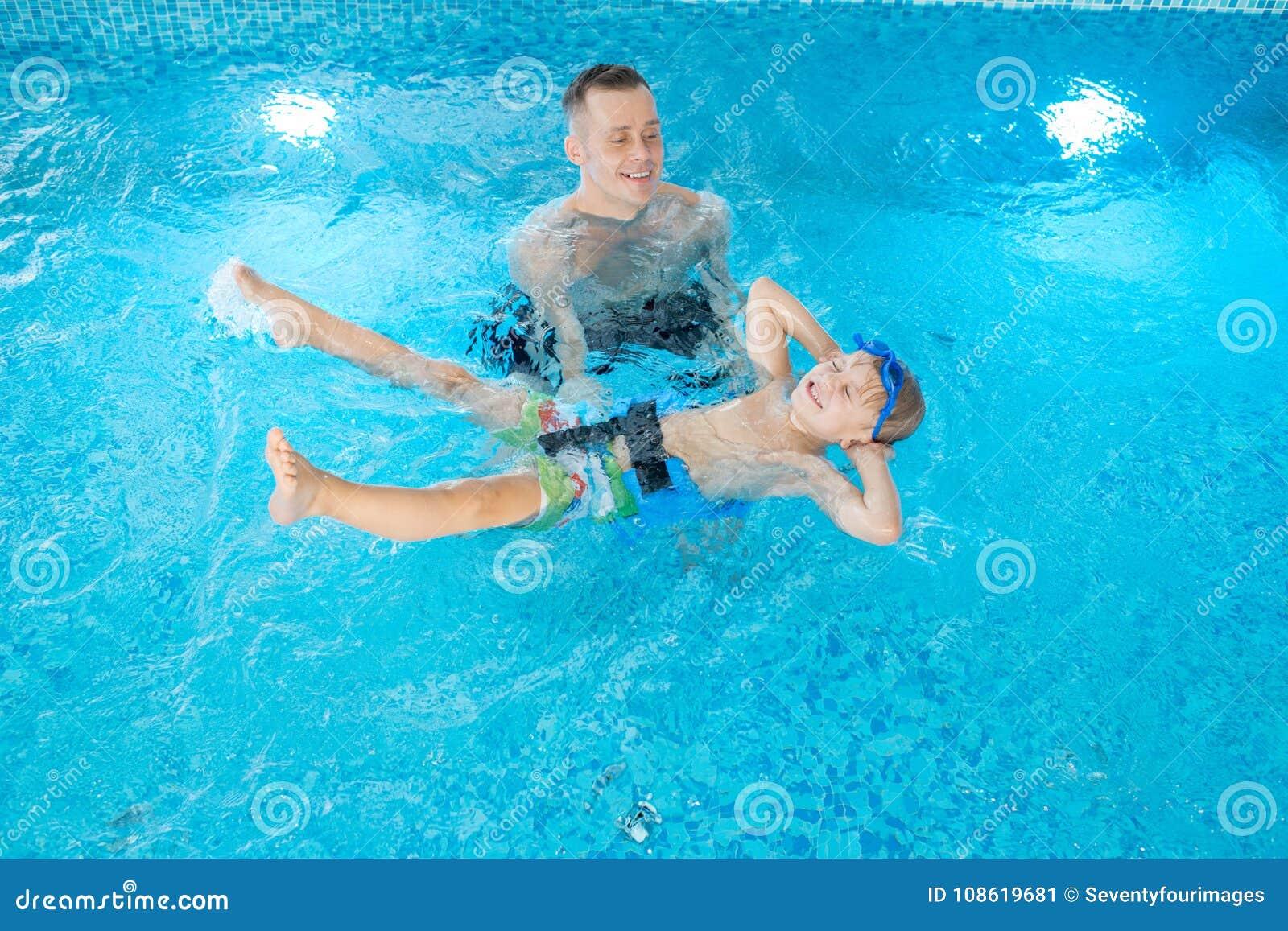 Tendo o divertimento durante a lição da natação
