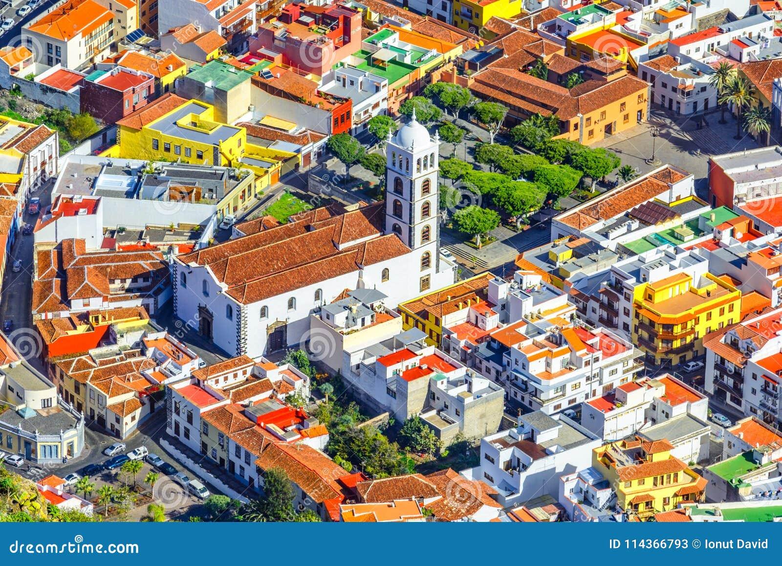 Tenerife, Canarische Eilanden, Spanje: Overzicht van de mooie stad met Kerk van Santa Ana