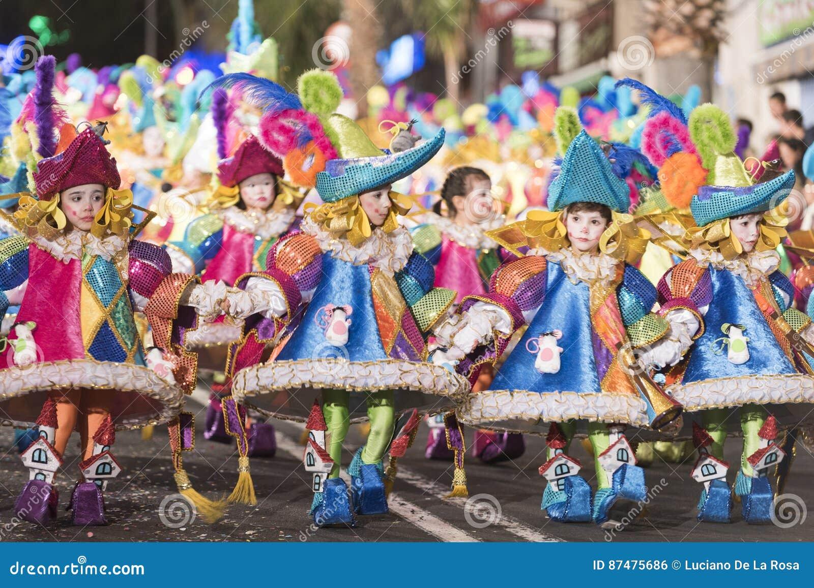 TENERIFE, O 25 DE FEVEREIRO: Caráteres e grupos no carnaval