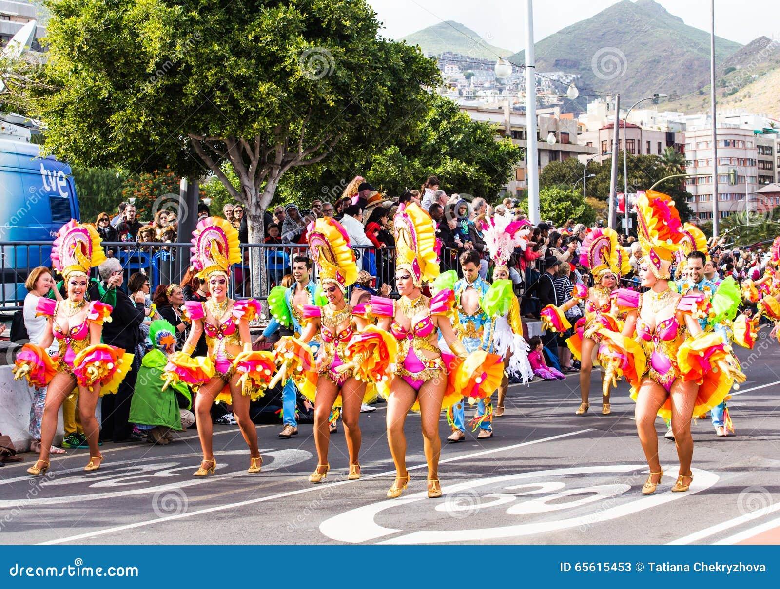 TENERIFFA, SPANIEN - 4. MÄRZ: Im berühmten Karneval Santa Cruz de Tenerife, die Charaktere und die Gruppen zum Rhythmus von