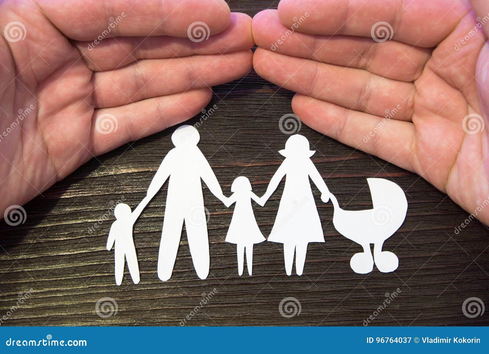 Tenersi per mano amoroso della famiglia La carta dipende un fondo di mogano