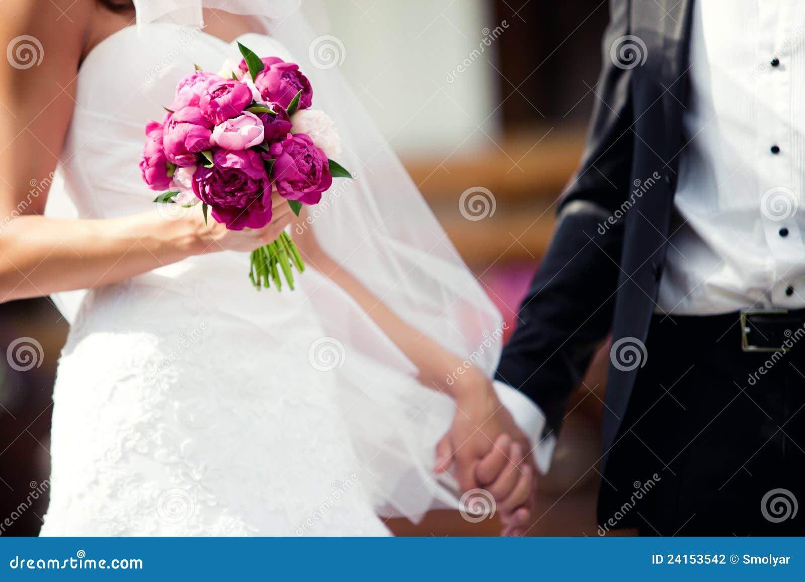Tenersi per mano delle coppie di nozze
