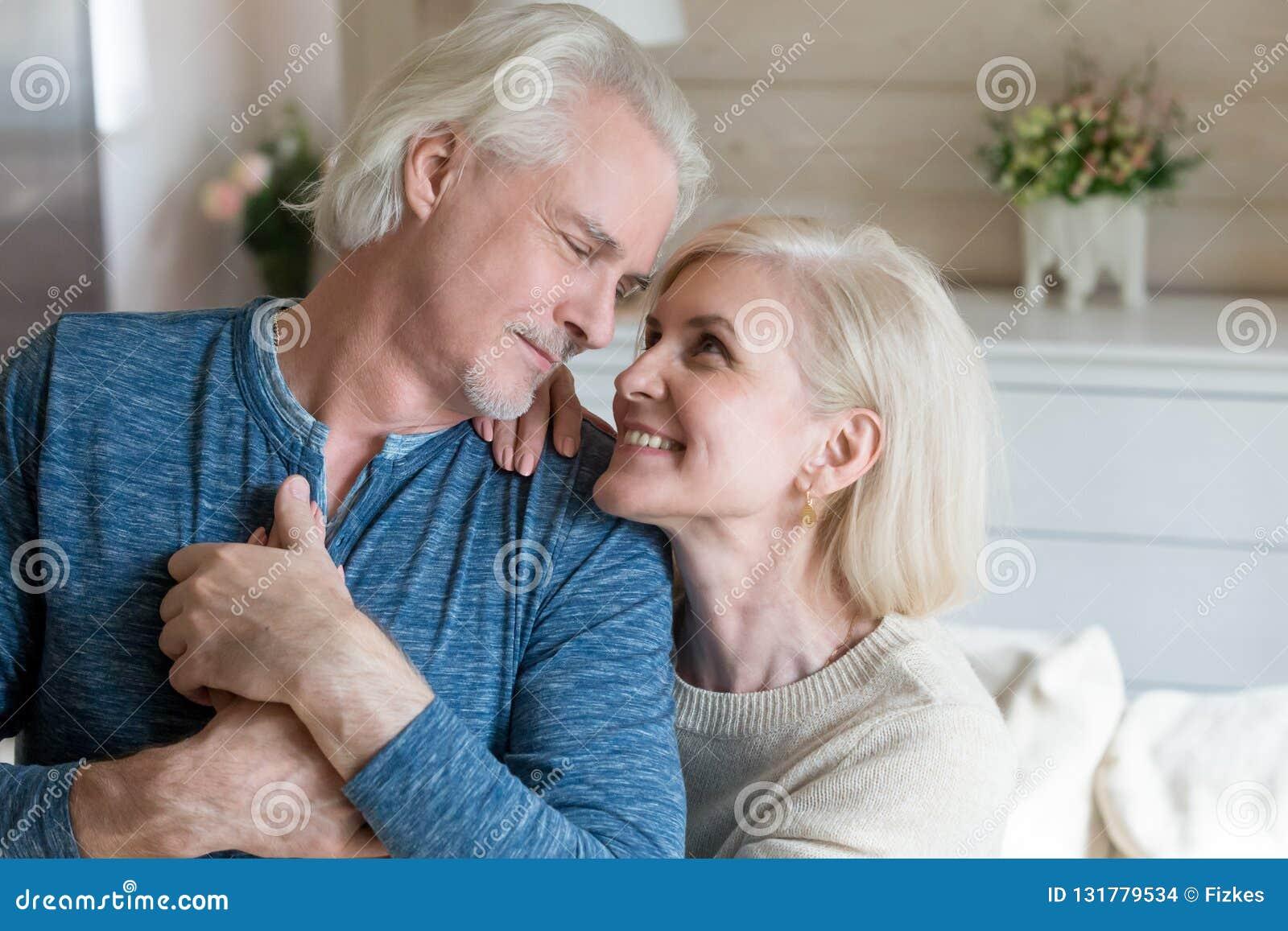 Tenersi per mano senior romantico felice della fucilazione della moglie e del marito