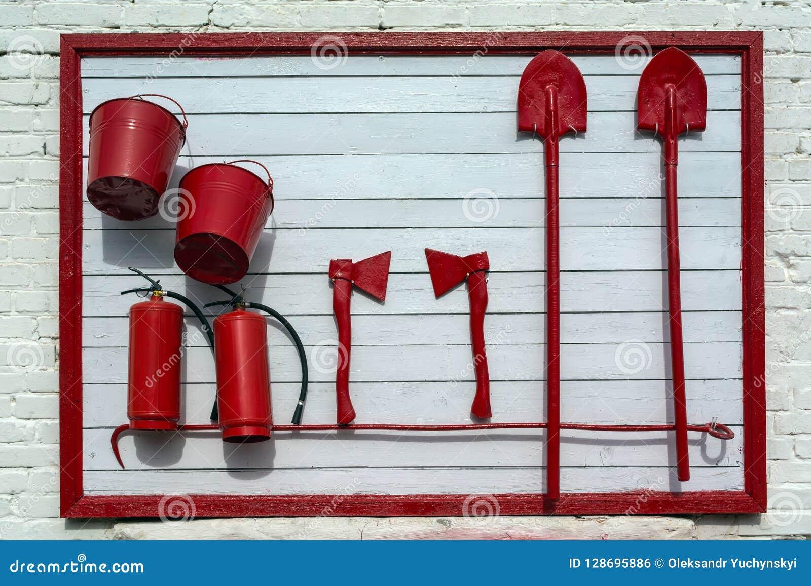 Tenez-vous sur le mur du bâtiment, avec l équipement nécessaire au cas où vous devriez vou éteindre le feu