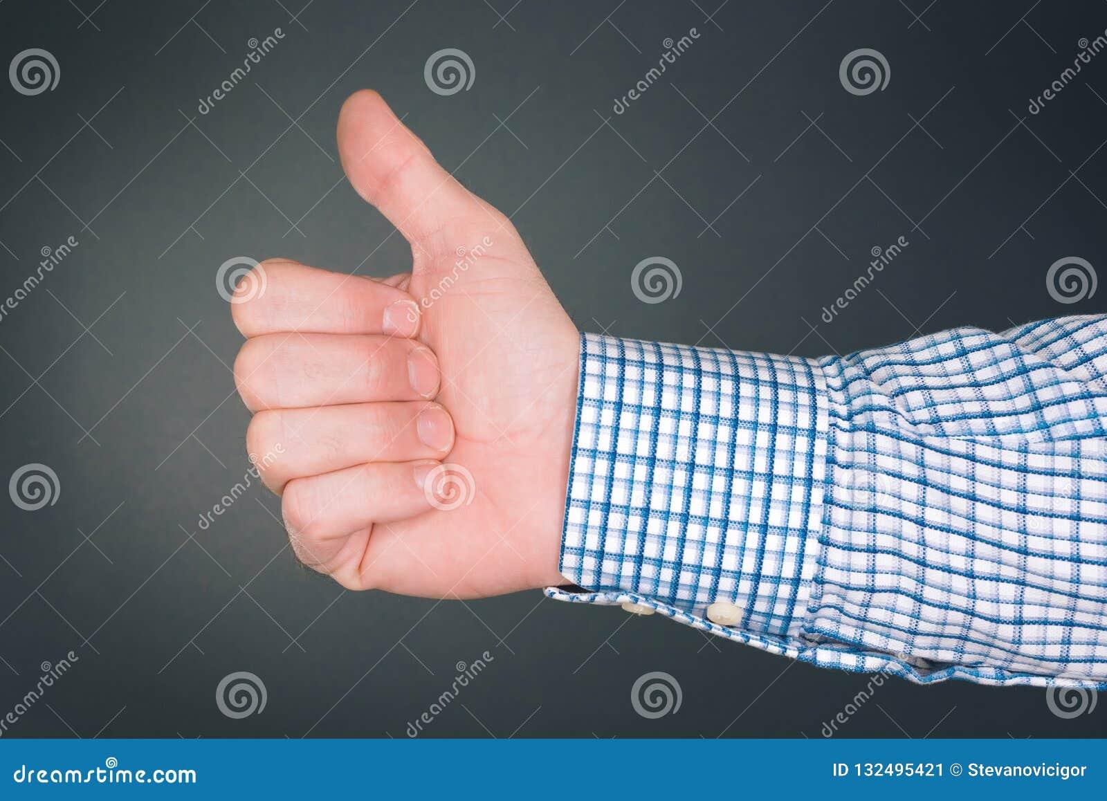 Tenga gusto y apruebe del gesto de mano con el pulgar para arriba