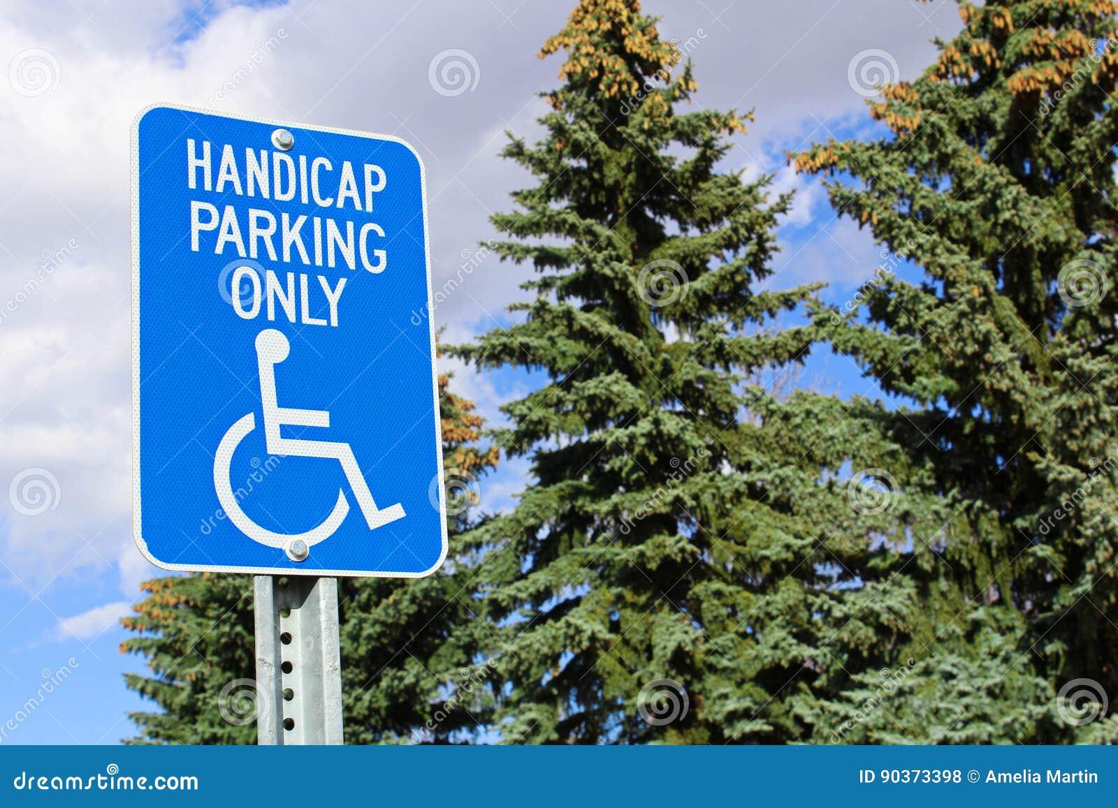 Tenha desvantagens o sinal do estacionamento com as árvores no fundo