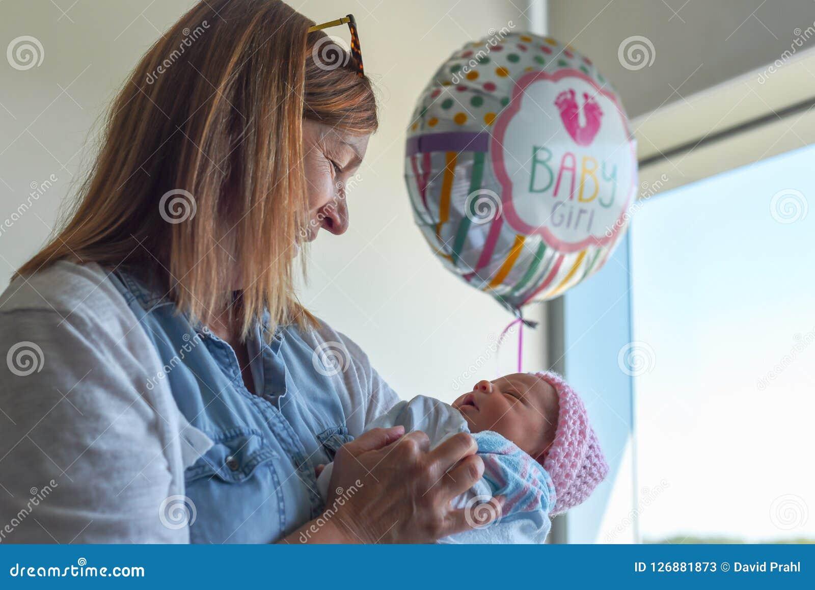 Tenir le nouveau petit-enfant dans l hôpital