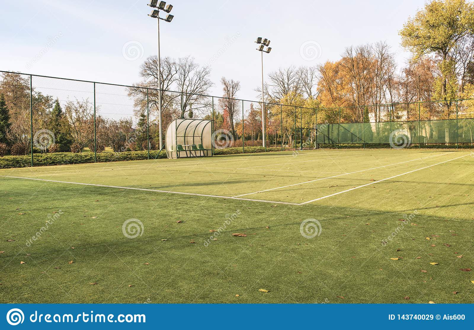 Tenisowy sąd w kształtującym teren parku