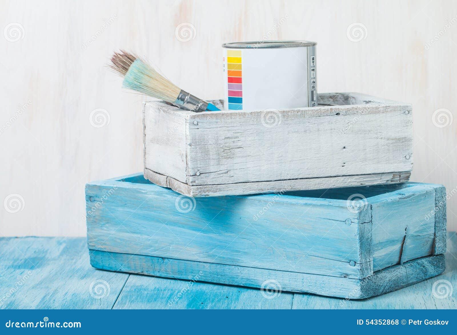 Tenn- can för metall med målarfärg och borsten