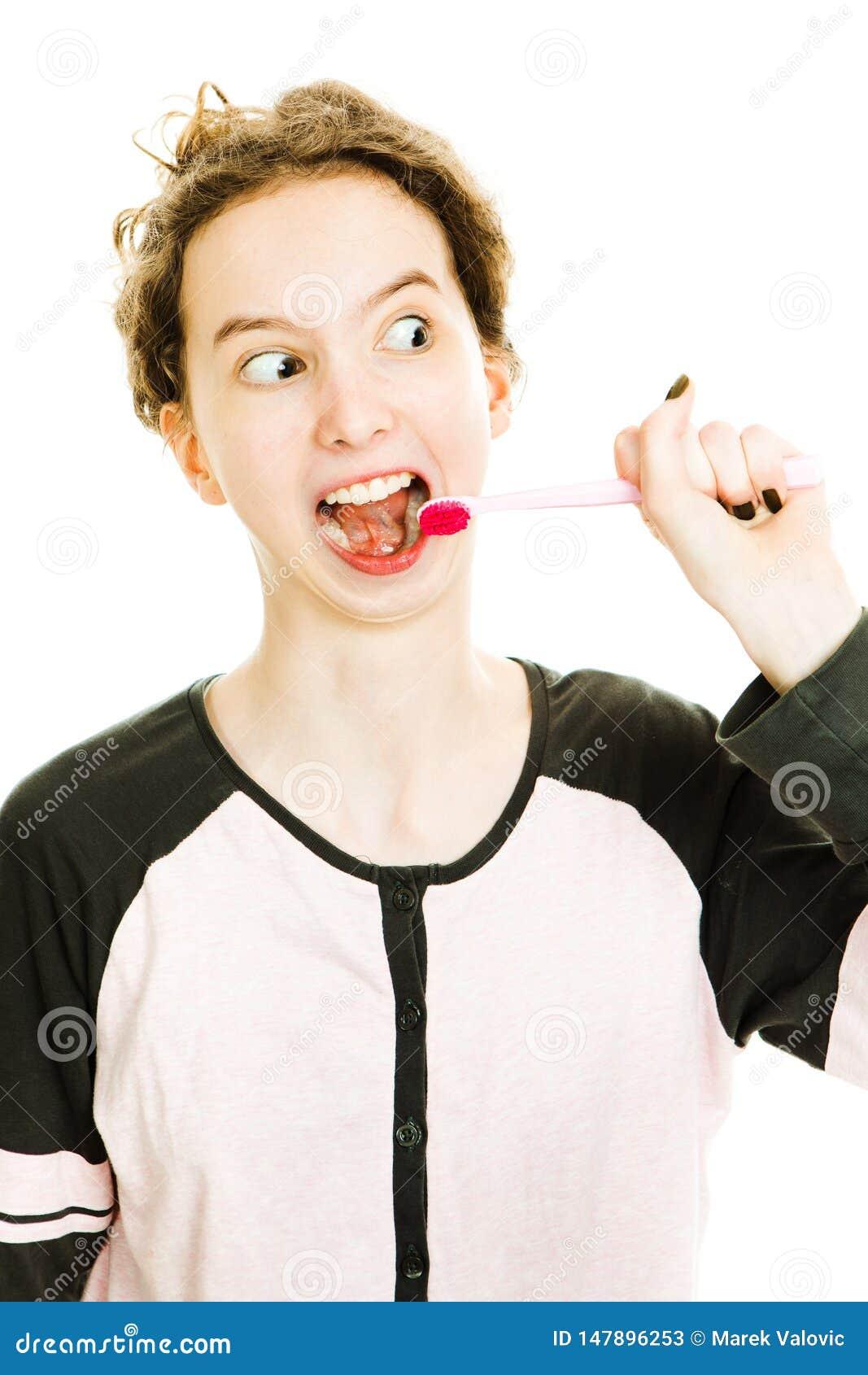 Tenn dziewczyna szczotkuje zęby, czyści zanudzać rutynową aktywność - everyday rutynowa aktywność -