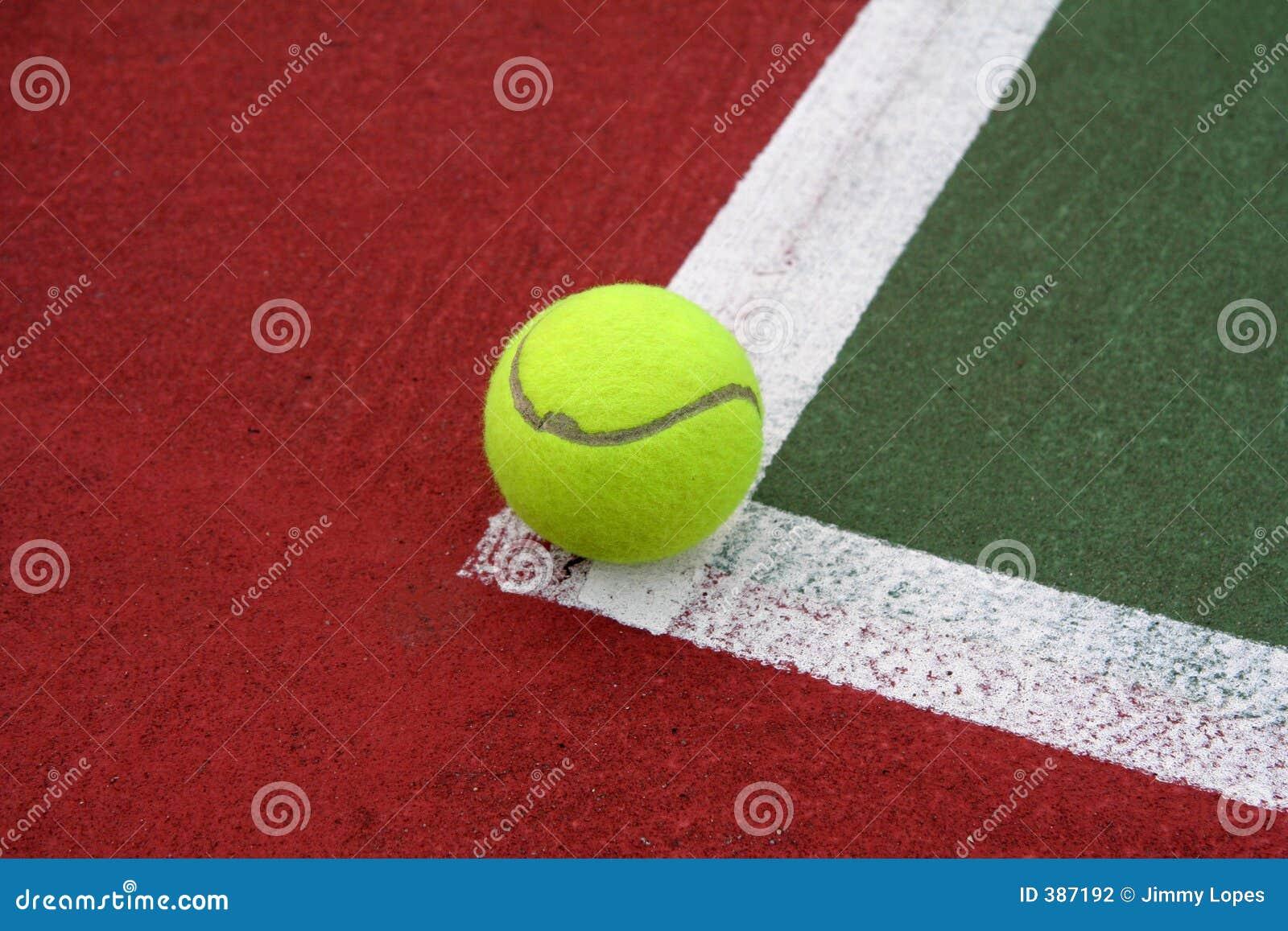 Tennis-Kugel auf der Zeile