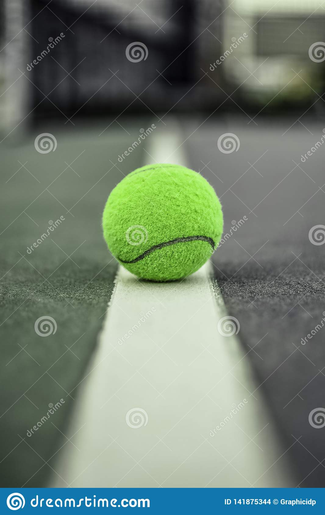 Tennisbal over witte rand