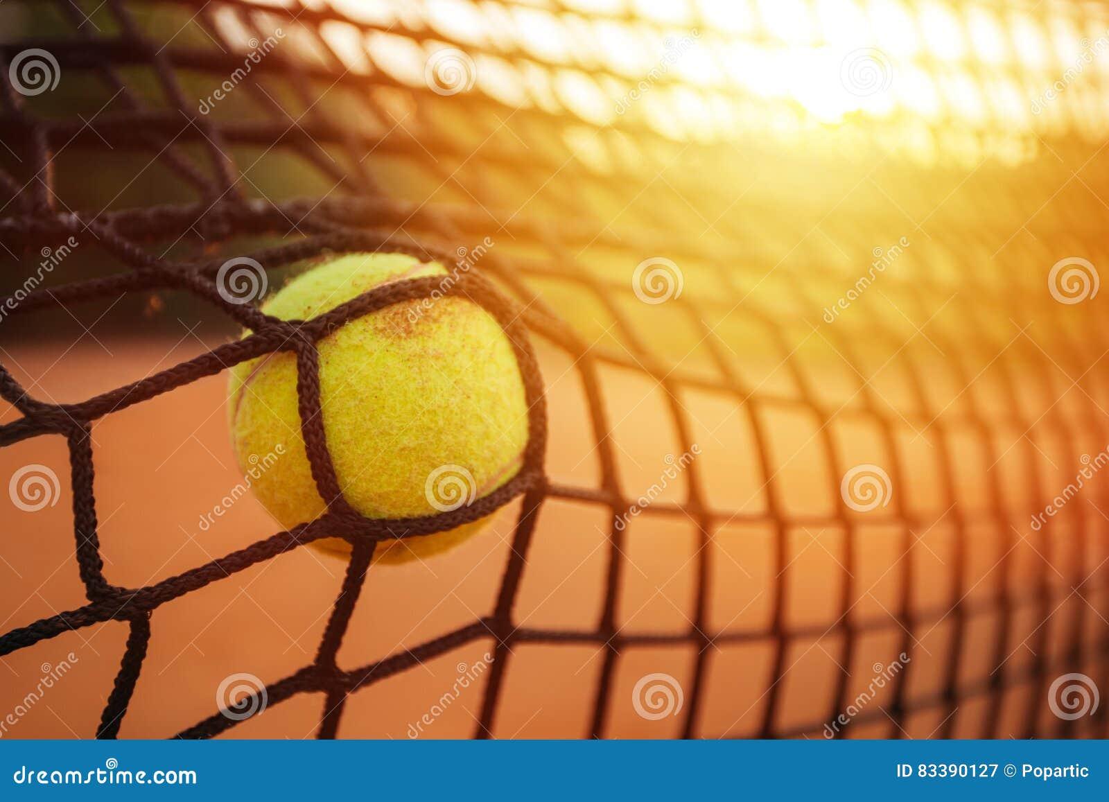 Tennisball im Tennisnetz stockbild. Bild von hell