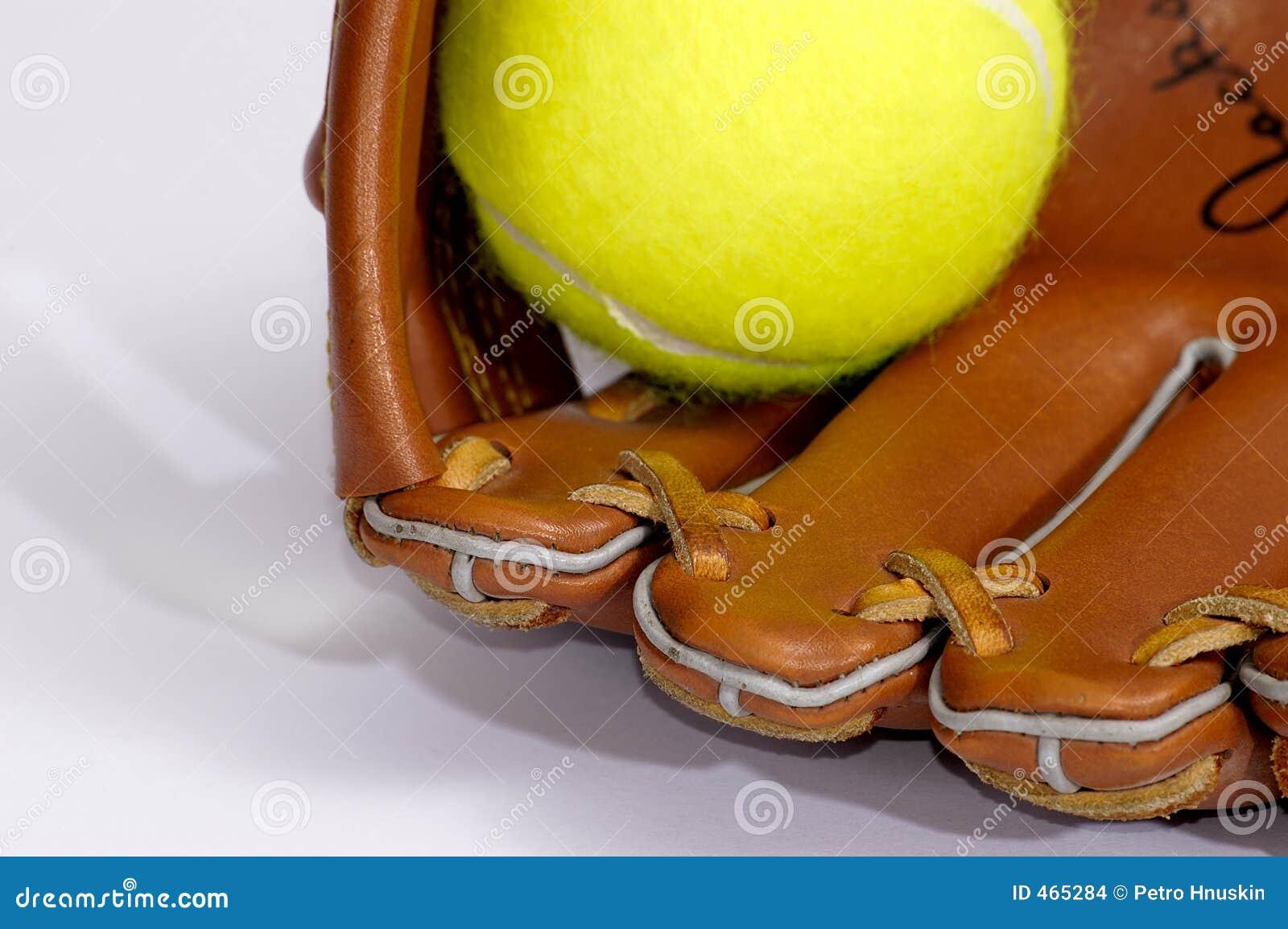 Tenniskugel und -handschuh