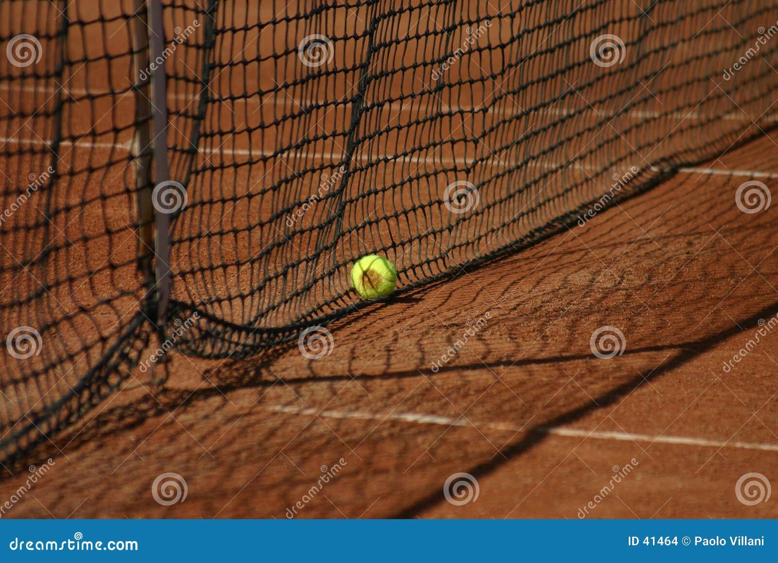 Tennisnetz und -kugel