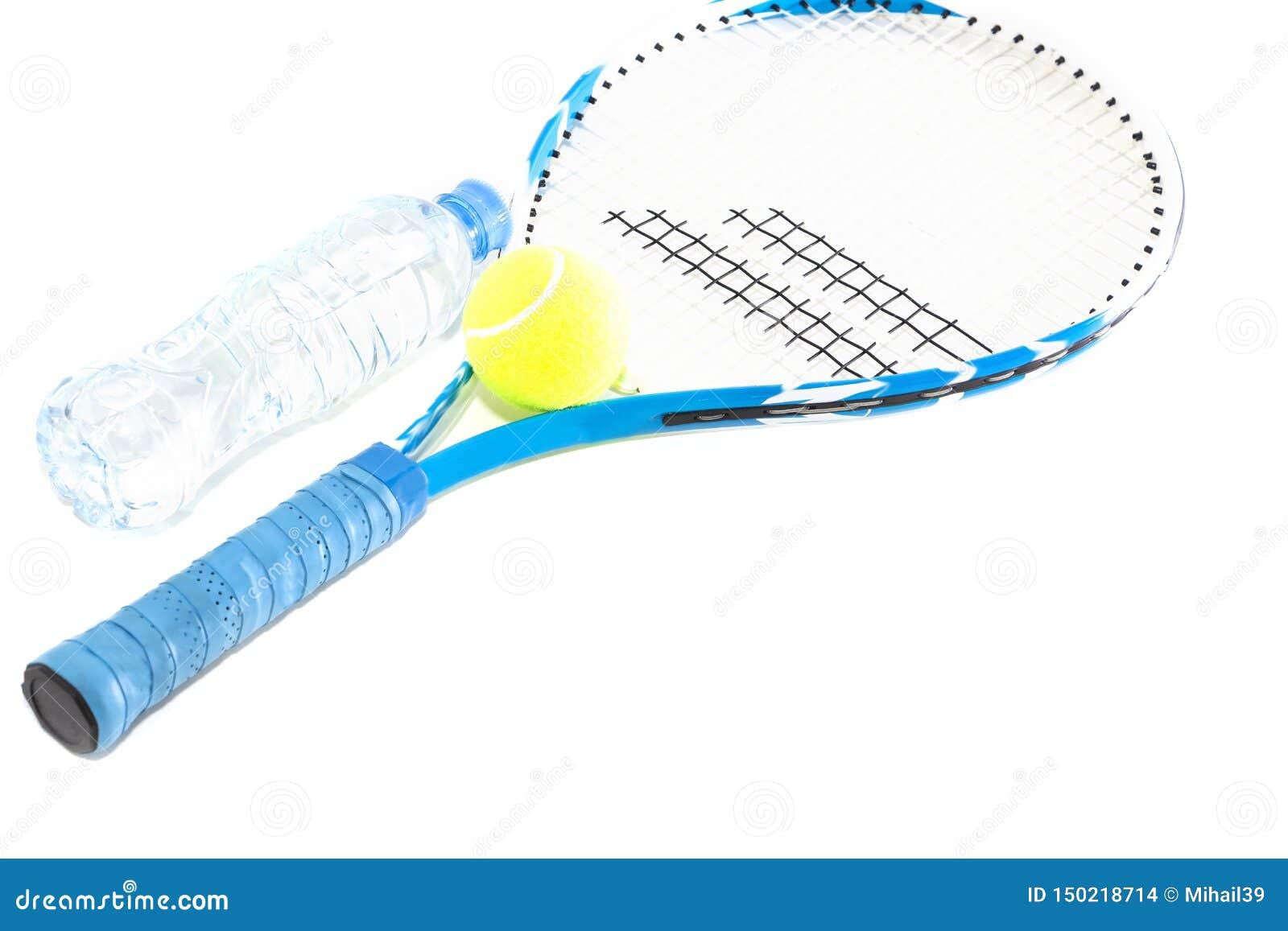 Tennisracket p? vit bakgrund raket boll, vattenflaska