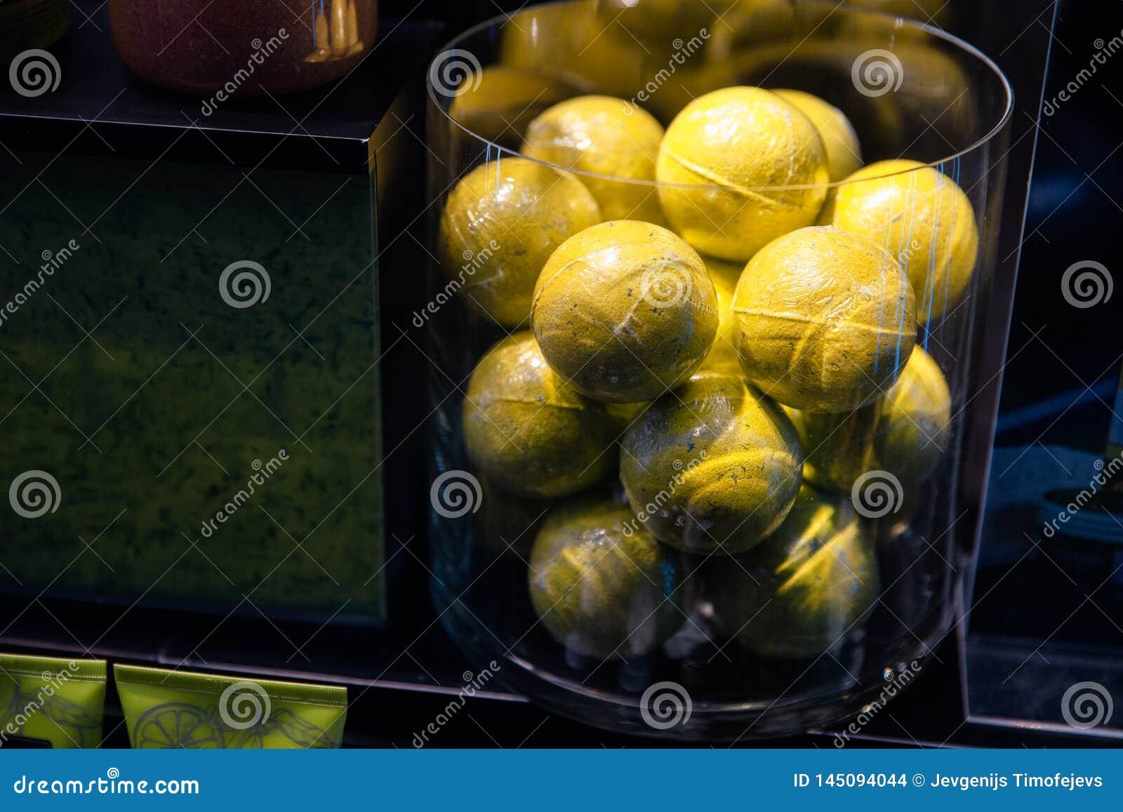 Tennissballen bij een winkeletalage