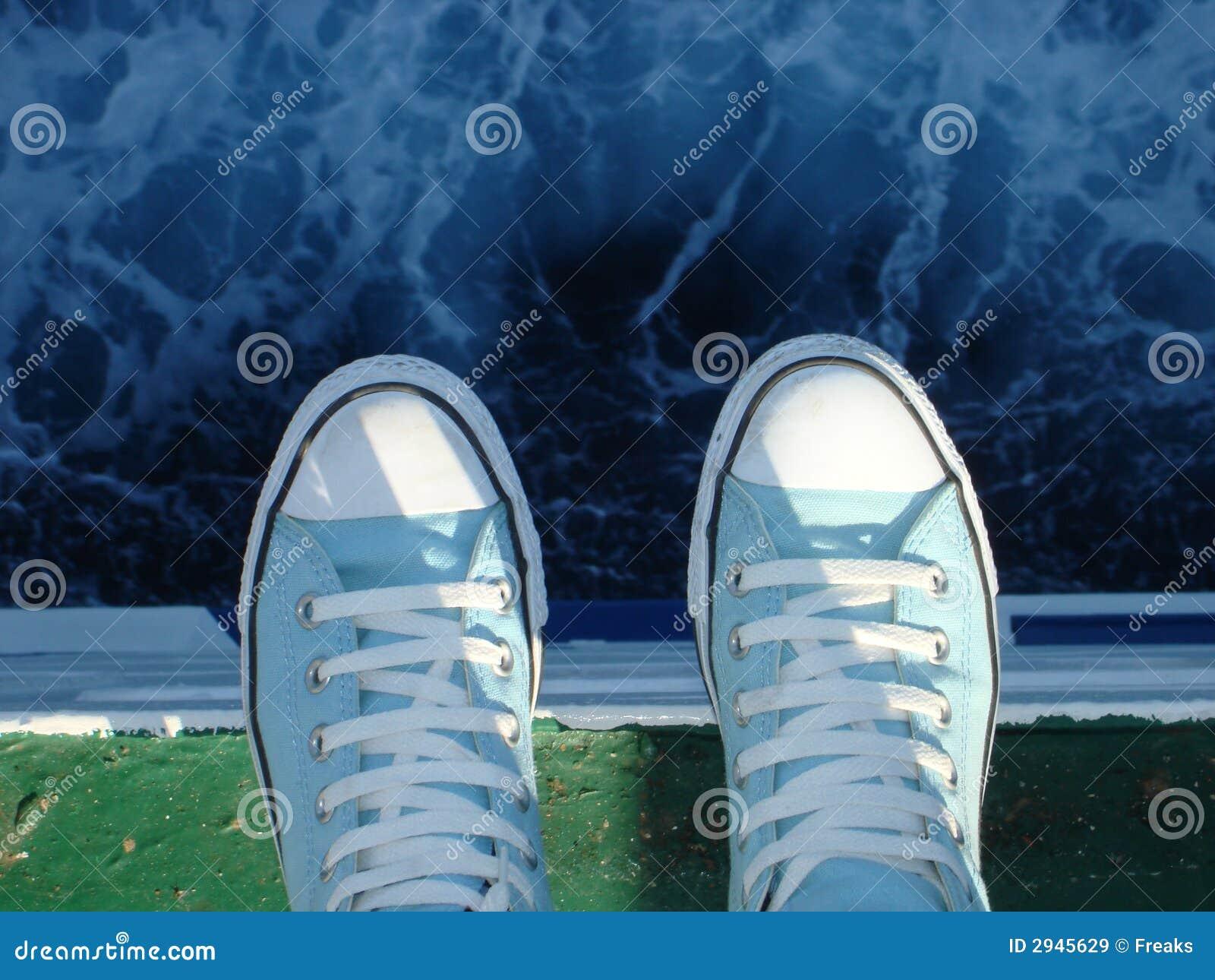 Tennisschoenen boven het overzees