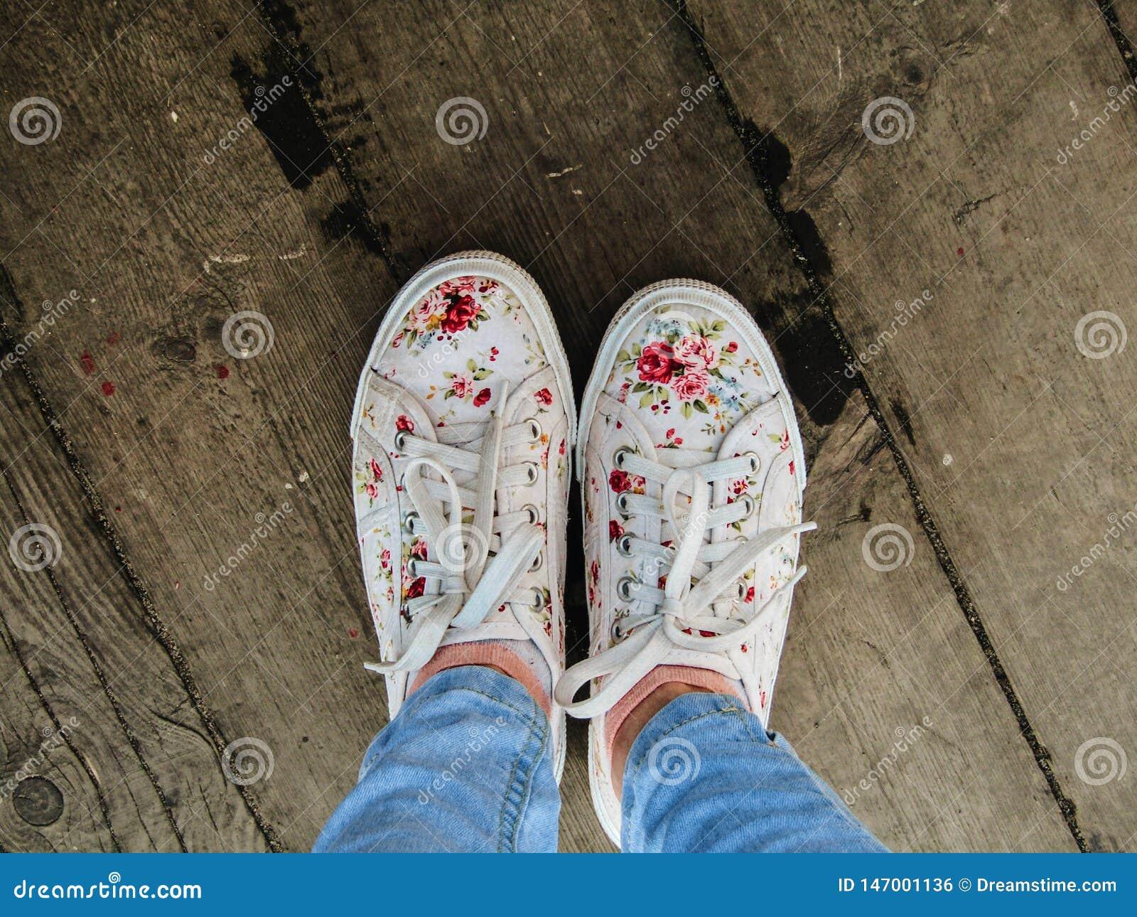 Tennisschoenen op de veerbootraad