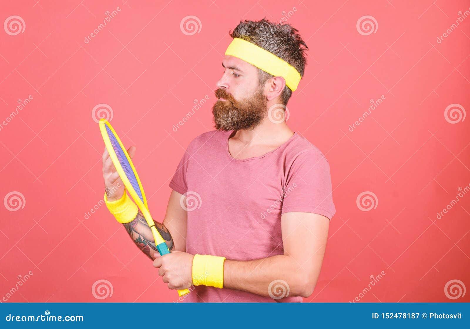Tennissport und -unterhaltung Roter Hintergrund des Athletenhippie-Grifftennisschl?gers in der Hand Spieltennis zum Spa? Mann