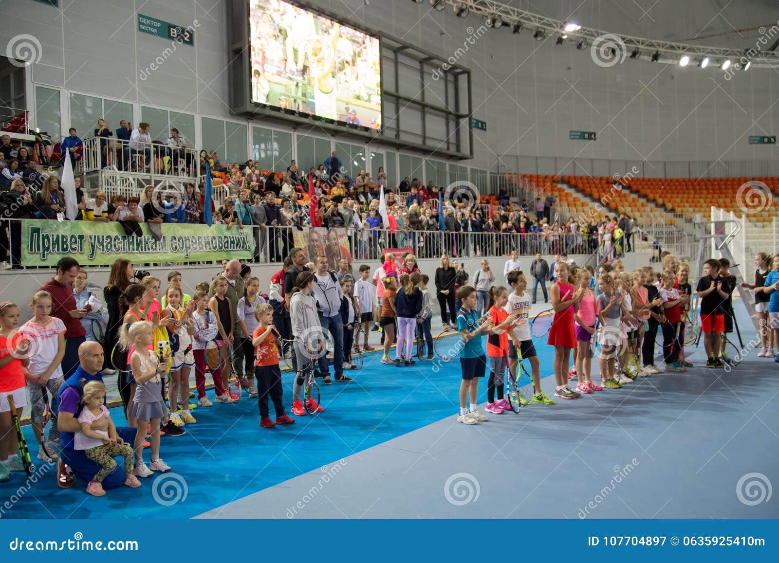 Download Tennistoernooien Voor Prijzen Van Elena Vesnina Redactionele Fotografie - Afbeelding bestaande uit wedstrijd, winnaar: 107704897