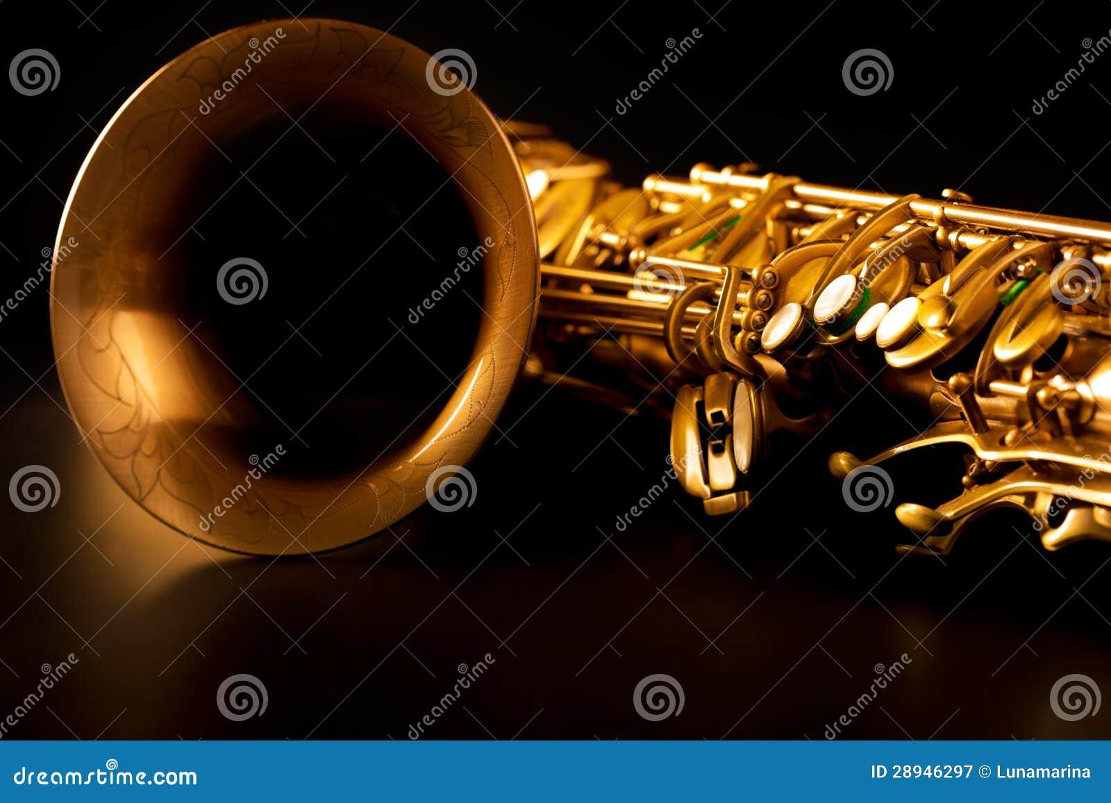 Tenorowego saksofonu złota saksofonowa makro- selekcyjna ostrość