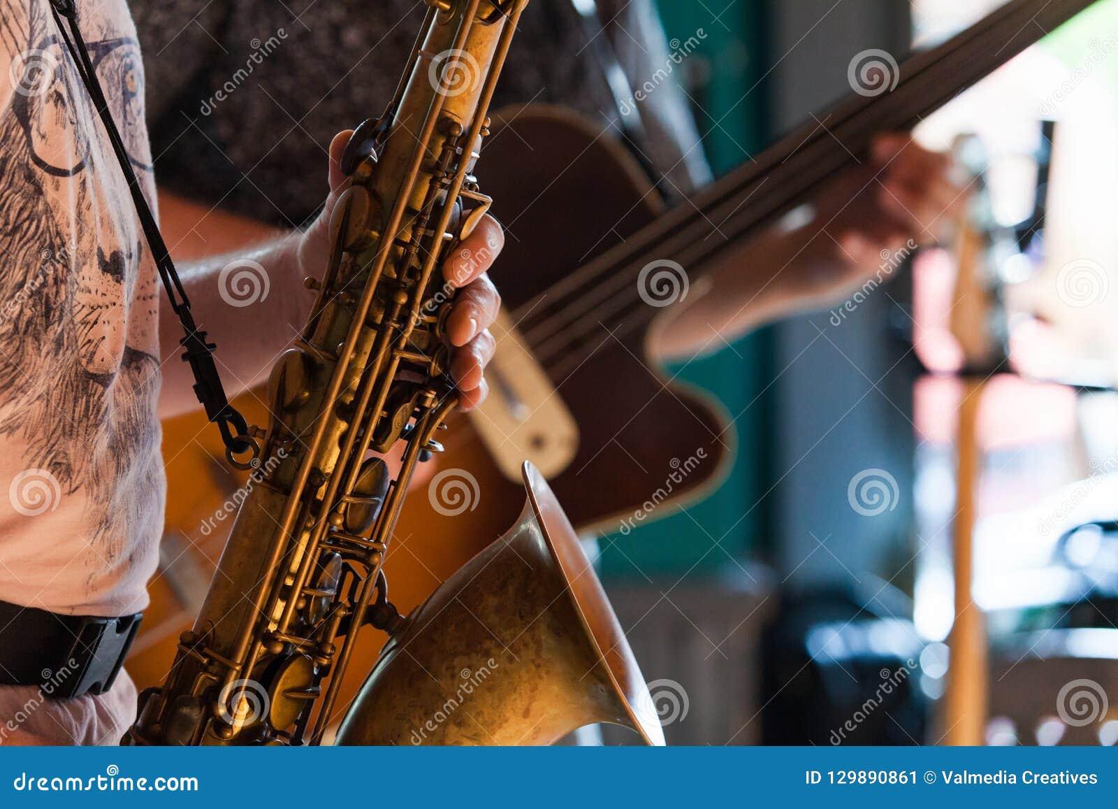 Tenorsaxofonspelaren spelar en jazz solo i en bar