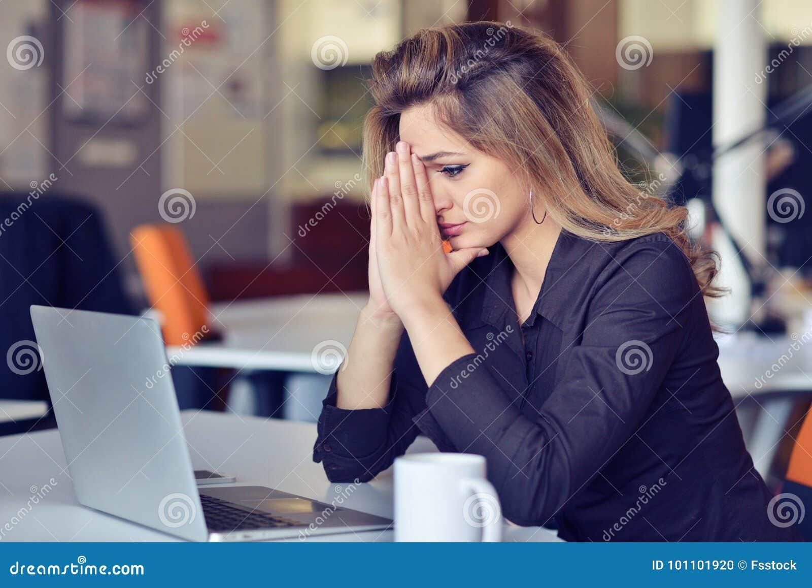 Tensión latina hermosa ocupada joven del sufrimiento de la mujer de negocios que trabaja en el ordenador de oficina