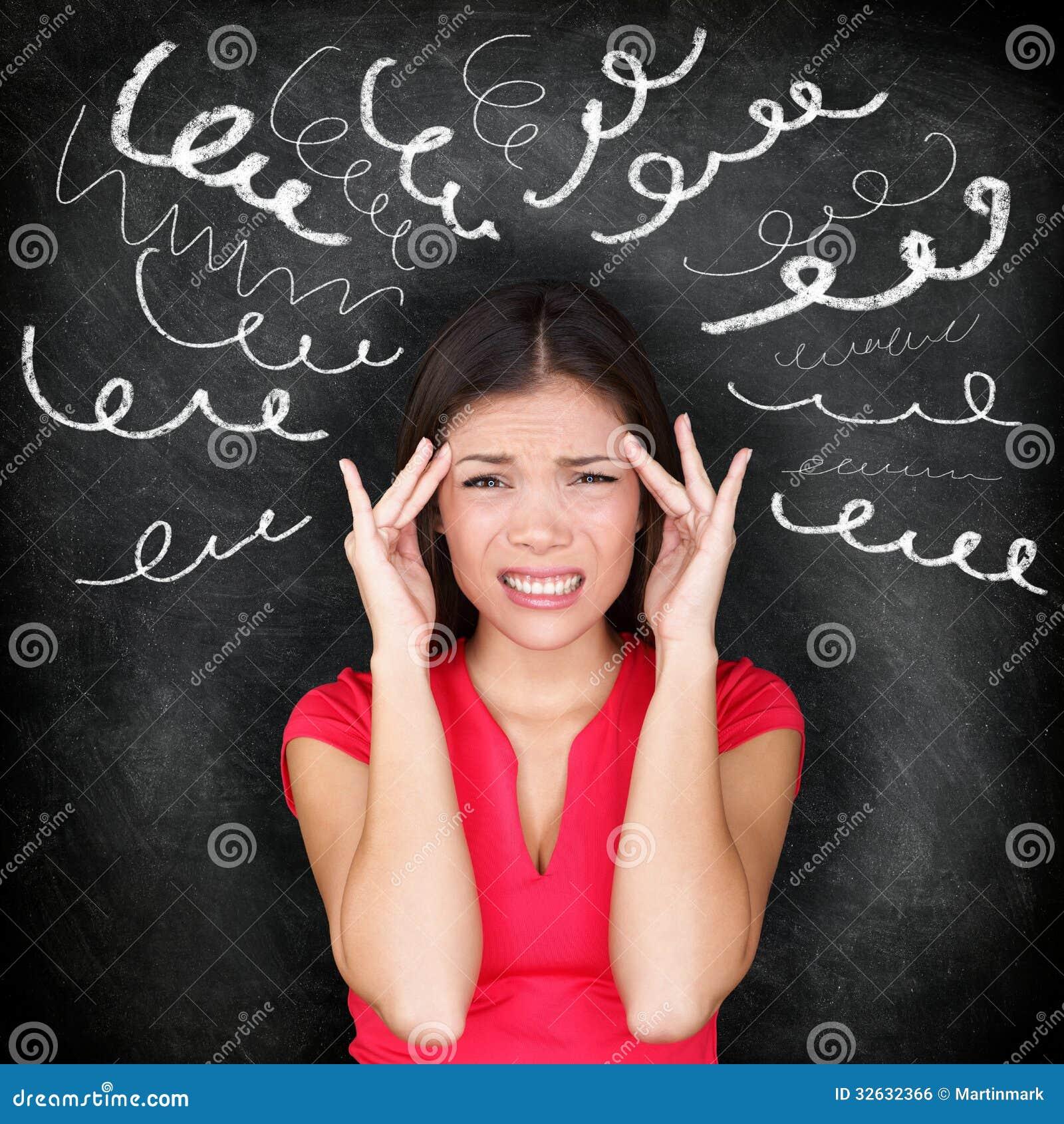 Tensión - mujer subrayada con dolor de cabeza