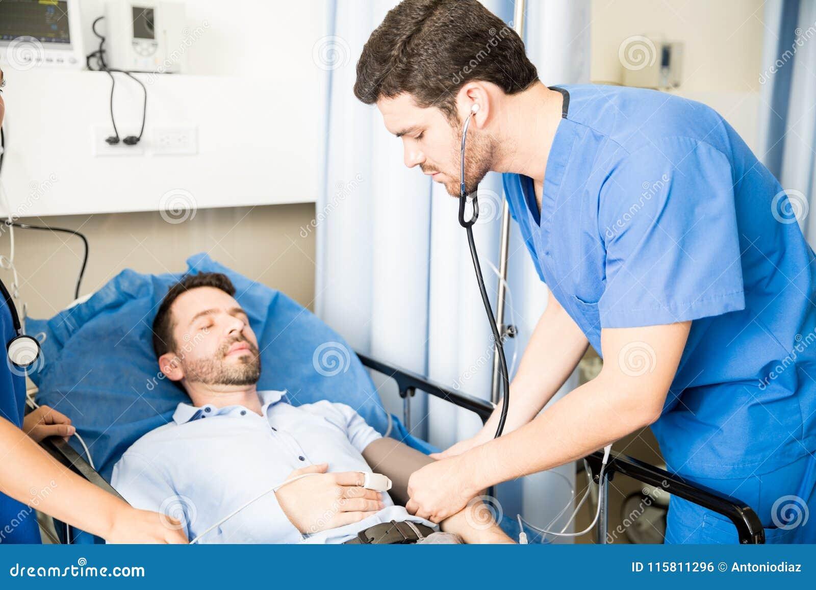 Tension artérielle de mesure de docteur d un patient