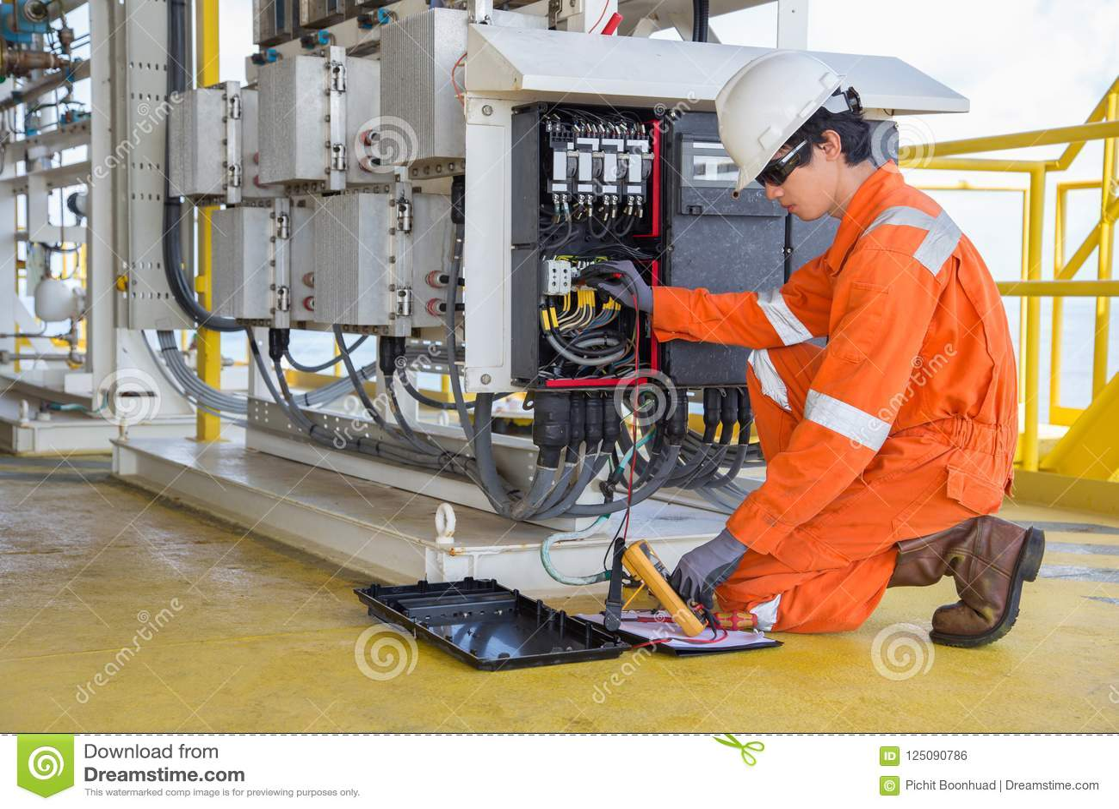 Tensione di misurazione dello strumento ed elettrica del tecnico di termo valore elettrico della lettura dell annotazione e del g