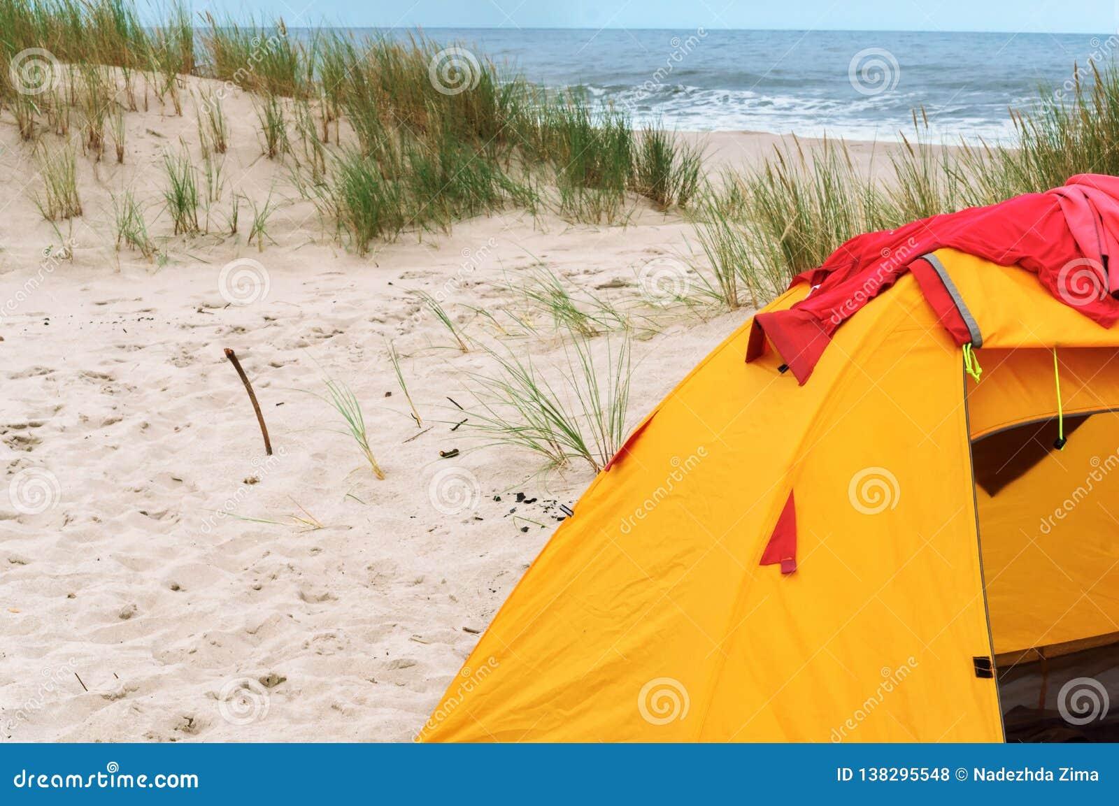 Tent en brand op het strand
