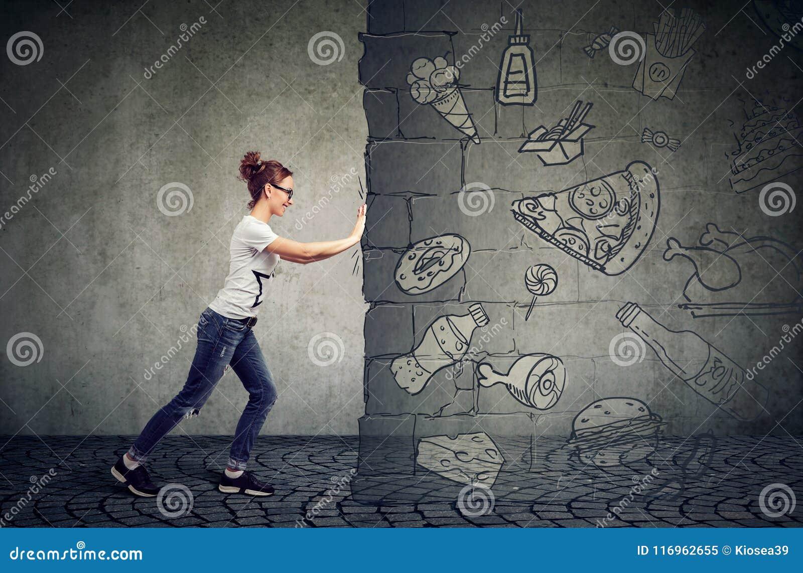 Tentation de résistance de femme motivée de manger le pied rapide et de choisir un meilleur régime