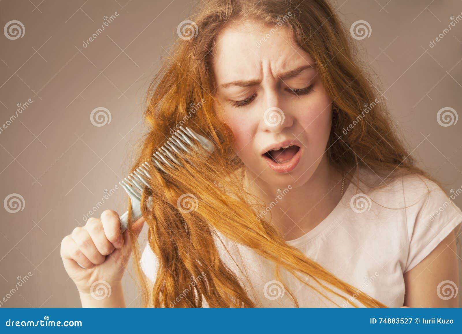 Tentativa da moça para pentear os cabelos