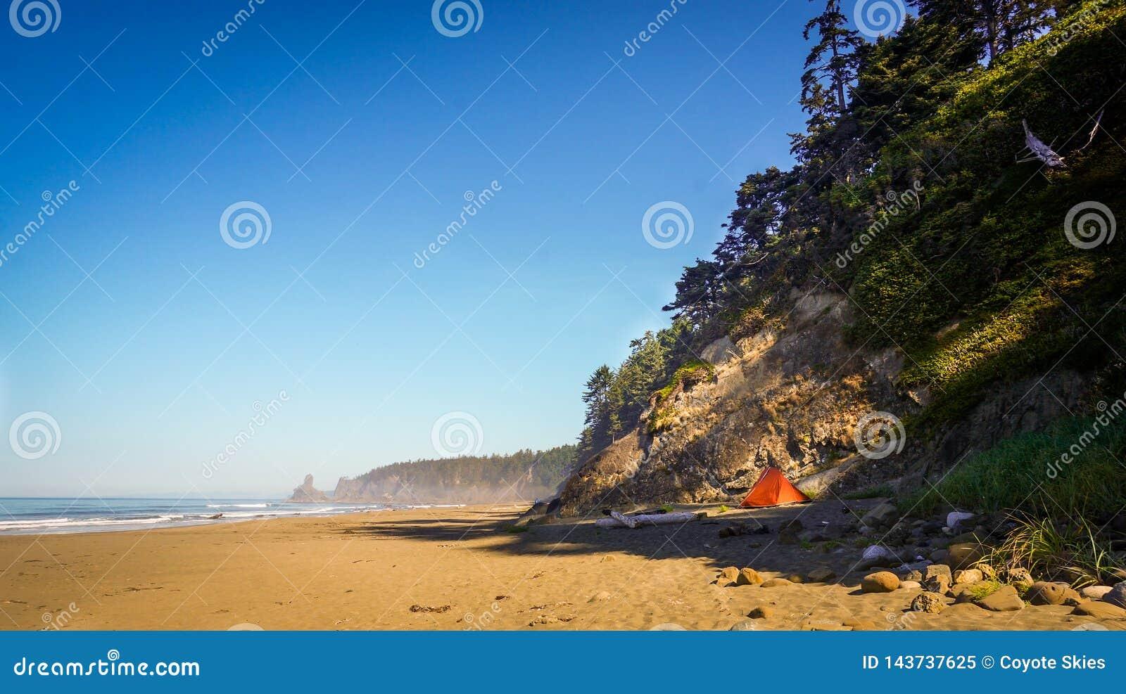 Tente à la plage par la falaise