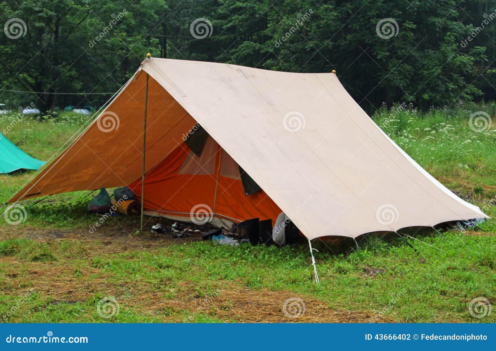 tente de camping dans un camp de scout sur la pelouse. Black Bedroom Furniture Sets. Home Design Ideas