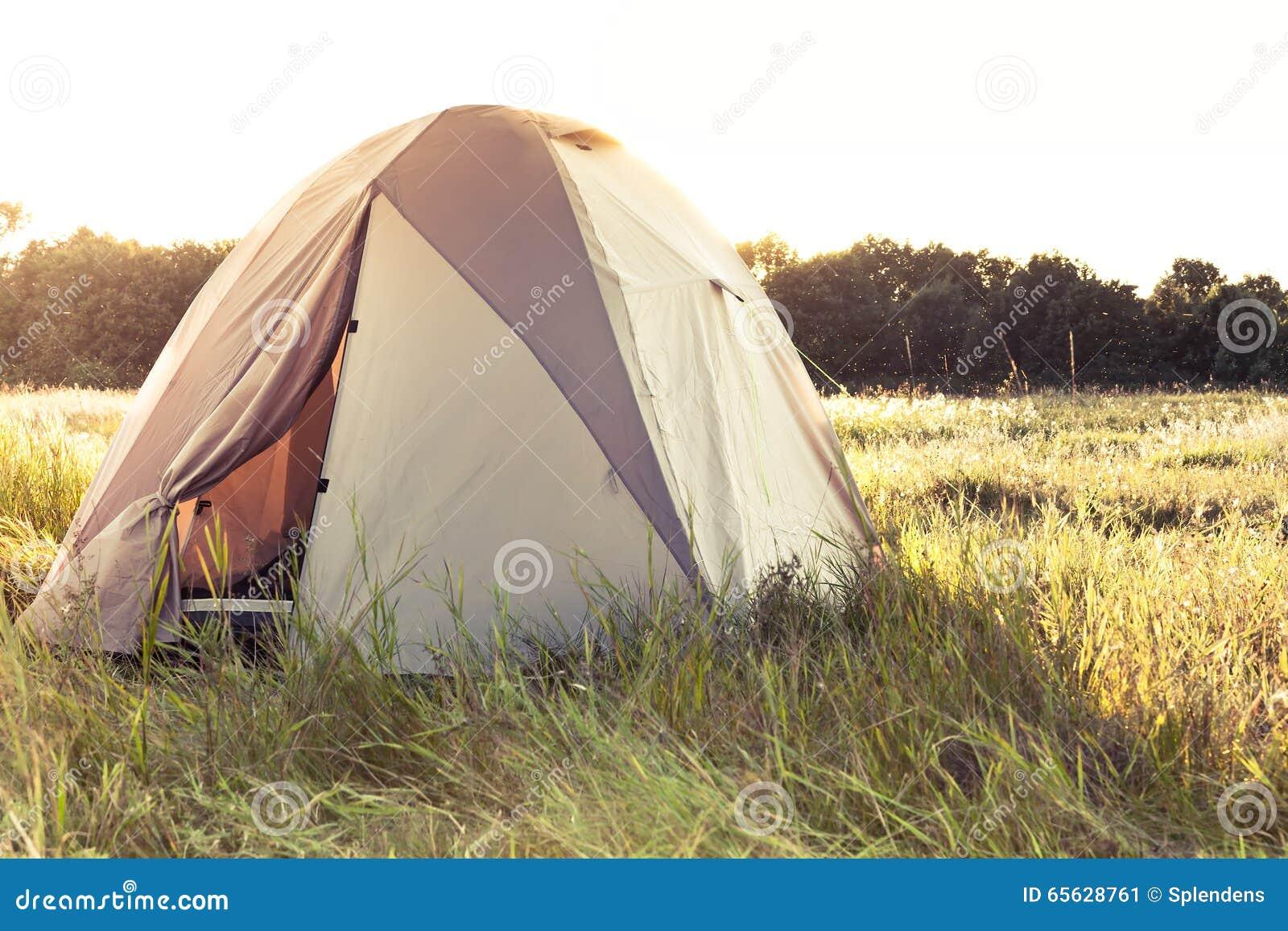 Tente de camping sur le champ