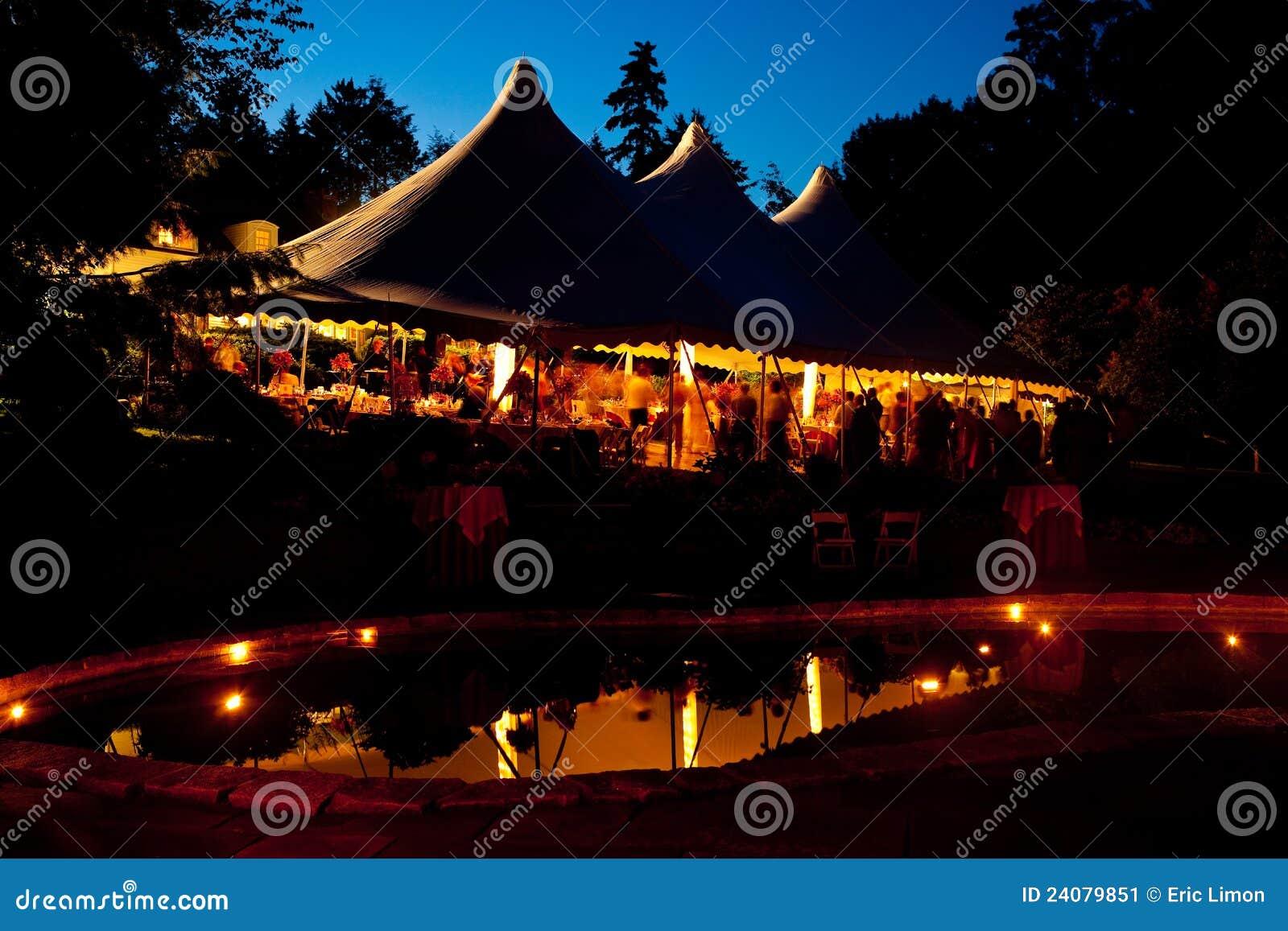 Tente de mariage de nuit avec une réflexion de regroupement