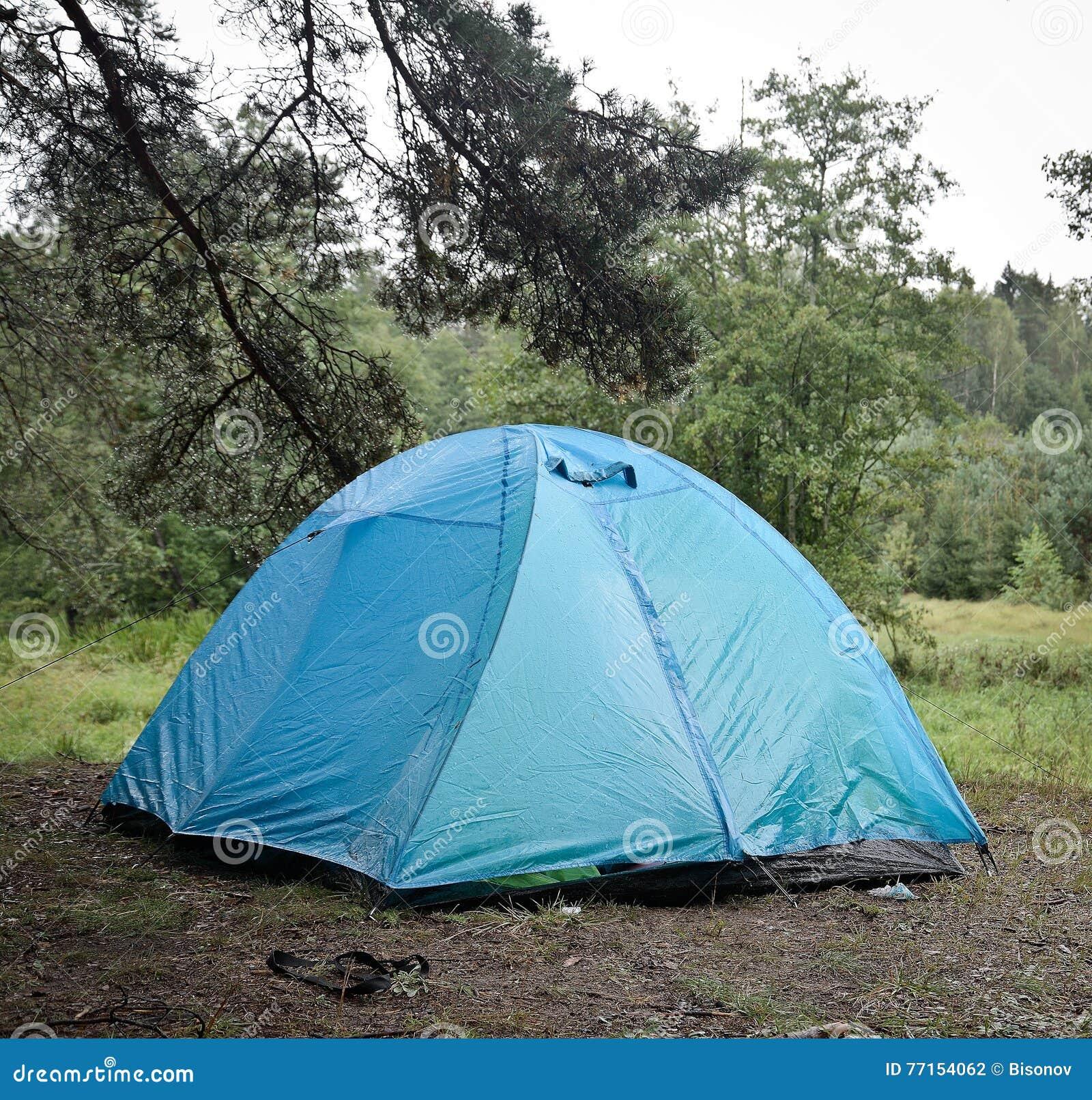Tente de touristes dans les bois
