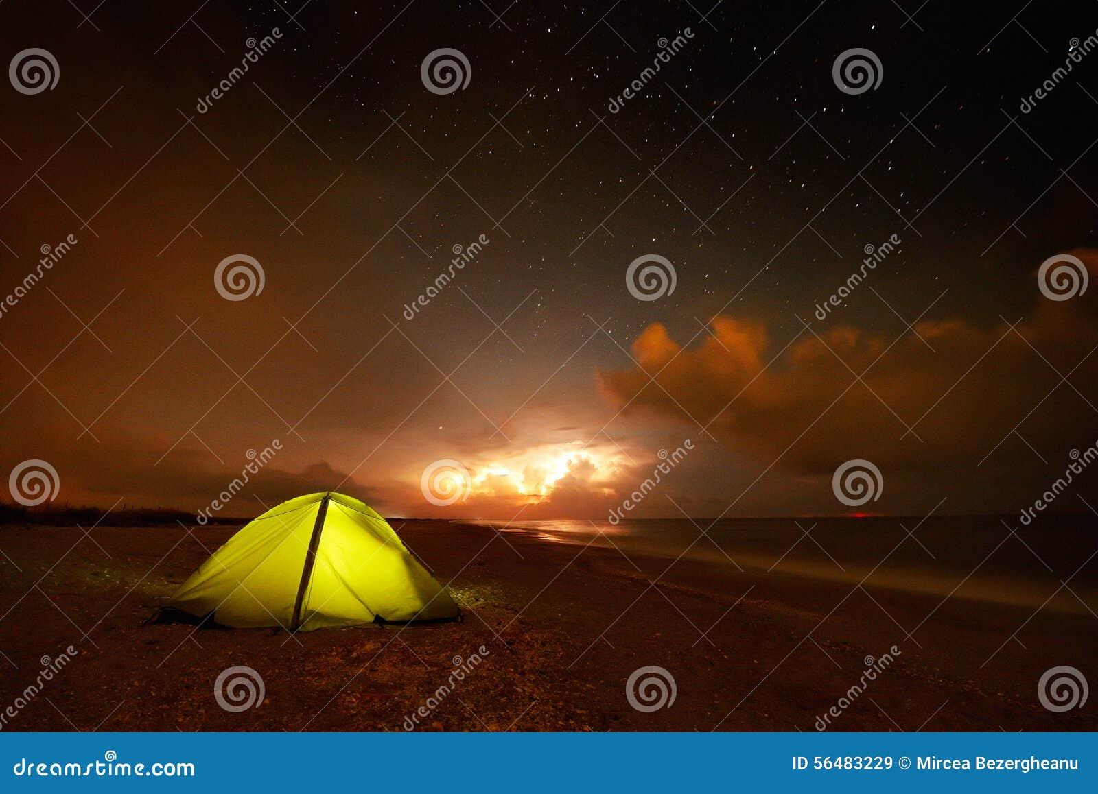 Tente touristique sur la plage par nuit