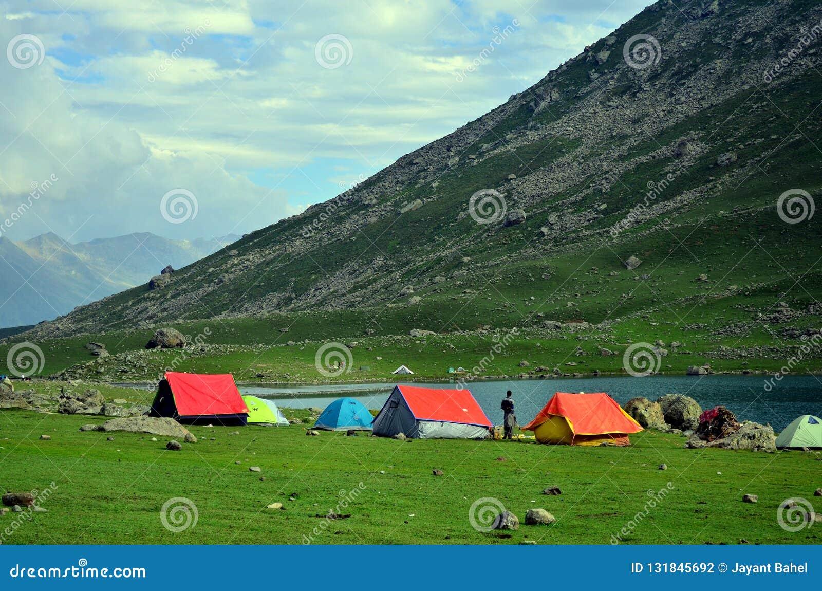 Tentes de camping au lac Nundkol dans Sonamarg, Cachemire, Inde