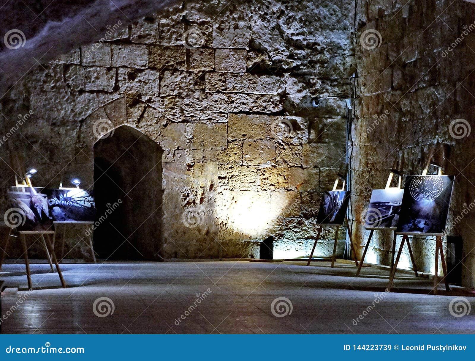 Tentoonstelling van schilderijen in het ondergrondse kasteel van de Kruisvaarders