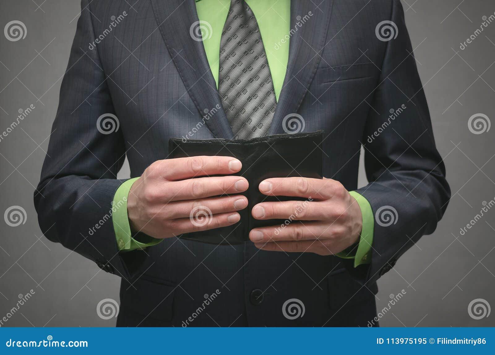 Tenuta dell uomo d affari in mani un portafoglio di cuoio nero, fine sulla foto